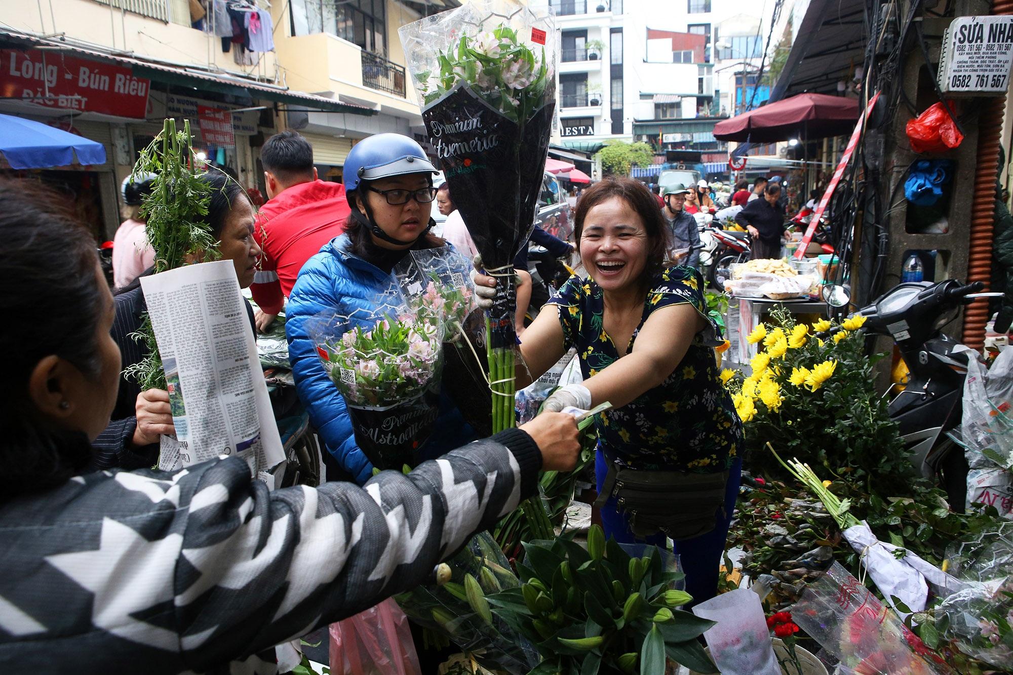 Người Hà Nội chen chân trong phiên chợ cuối cùng của năm - 5