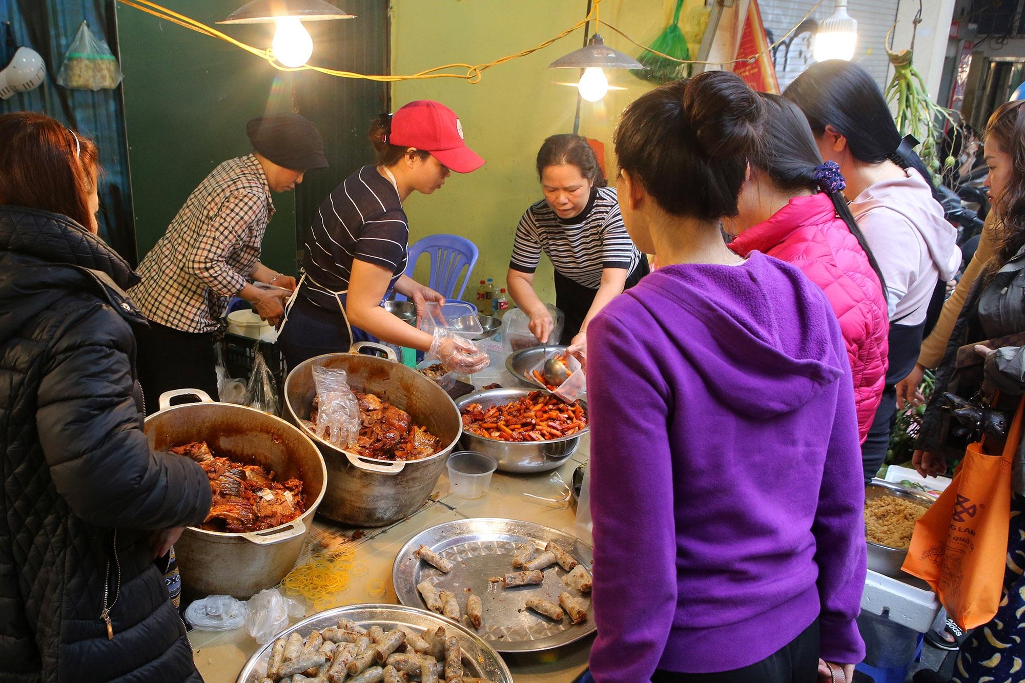Người Hà Nội chen chân trong phiên chợ cuối cùng của năm - 6