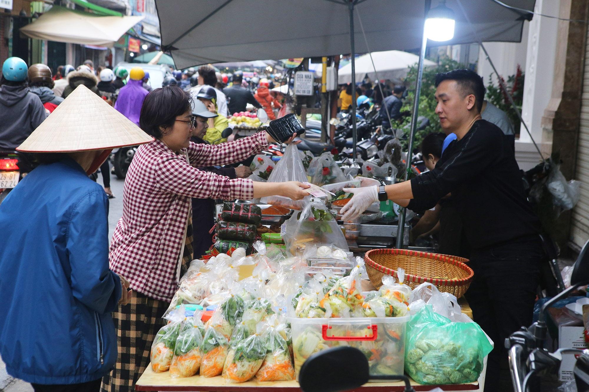 Người Hà Nội chen chân trong phiên chợ cuối cùng của năm - 8