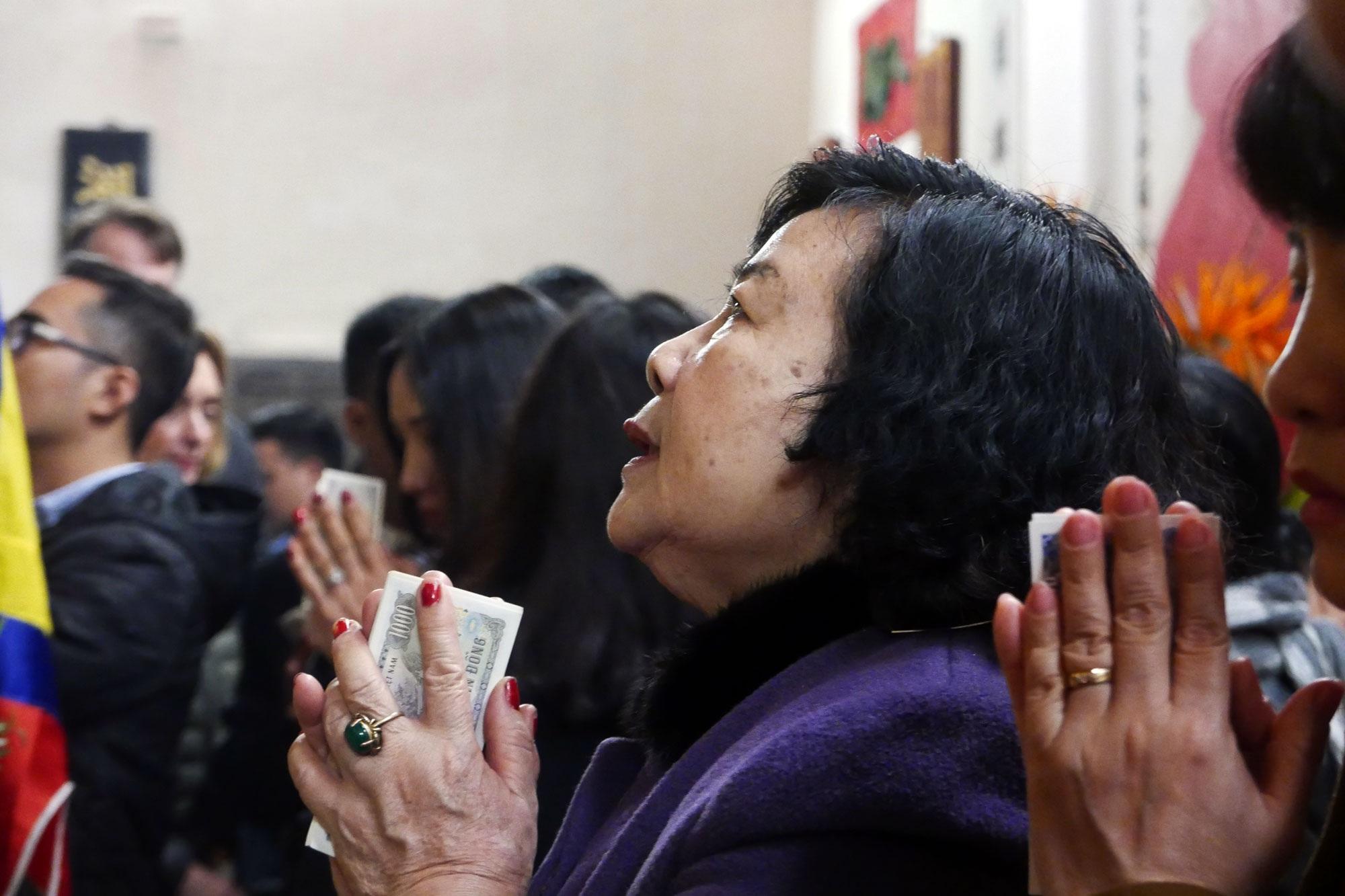 Cảnh lễ đền dưới mưa xuân tuyệt đẹp ở Hà Nội ngày mùng 1 Tết - 17