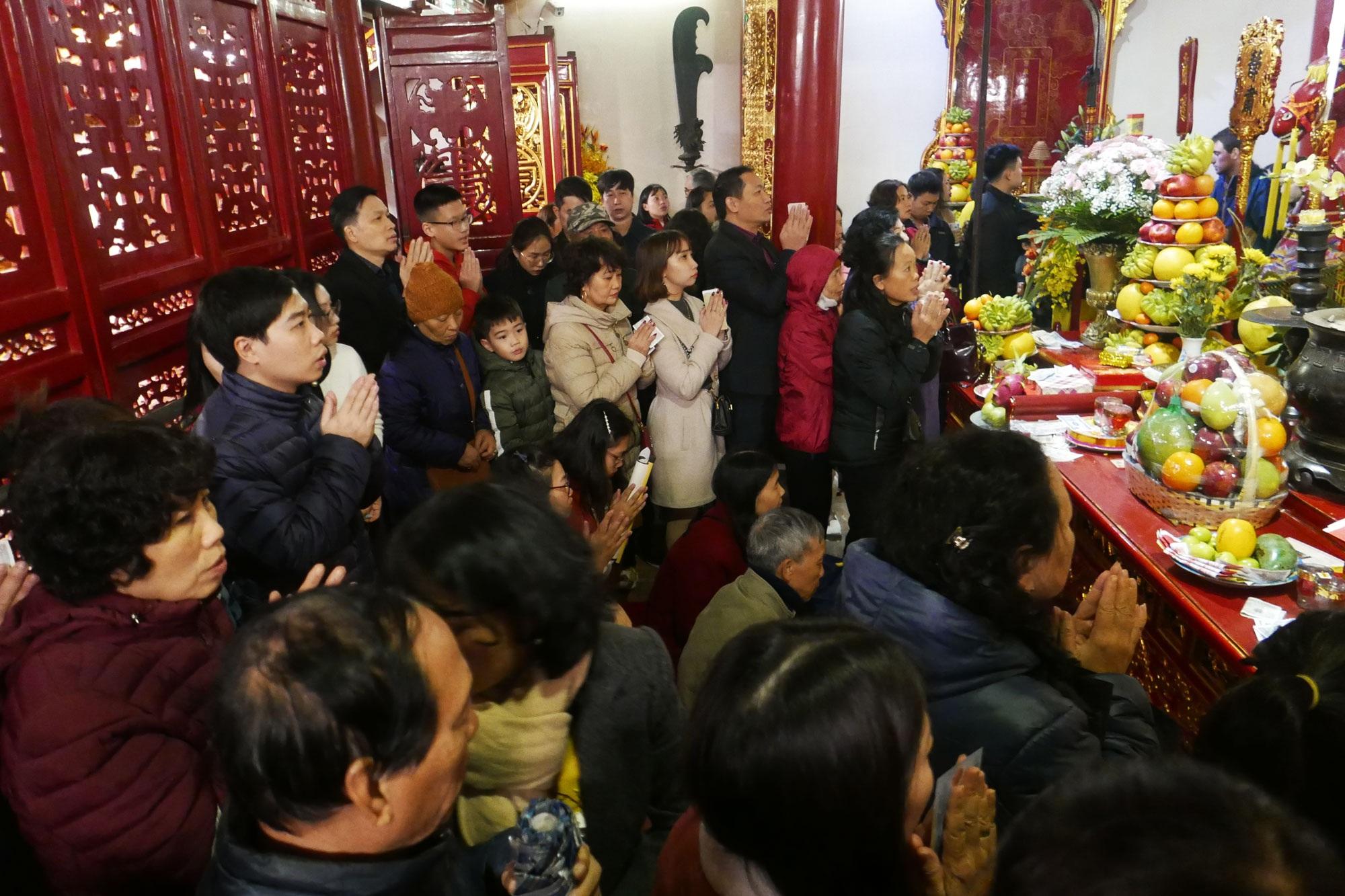 Cảnh lễ đền dưới mưa xuân tuyệt đẹp ở Hà Nội ngày mùng 1 Tết - 15