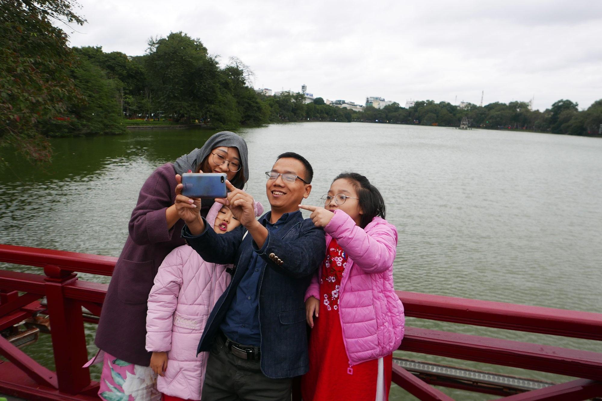 Cảnh lễ đền dưới mưa xuân tuyệt đẹp ở Hà Nội ngày mùng 1 Tết - 5