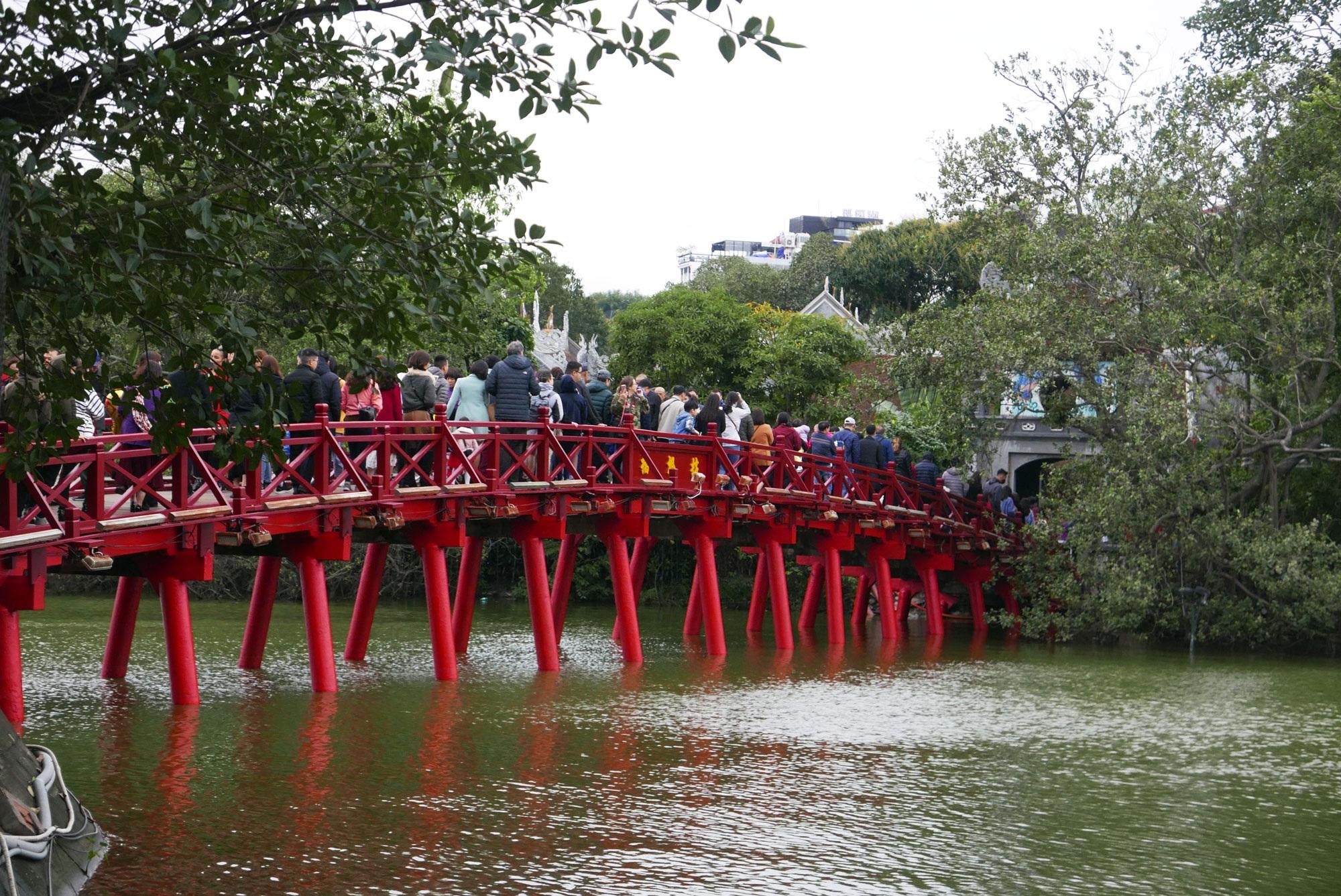 Cảnh lễ đền dưới mưa xuân tuyệt đẹp ở Hà Nội ngày mùng 1 Tết - 2