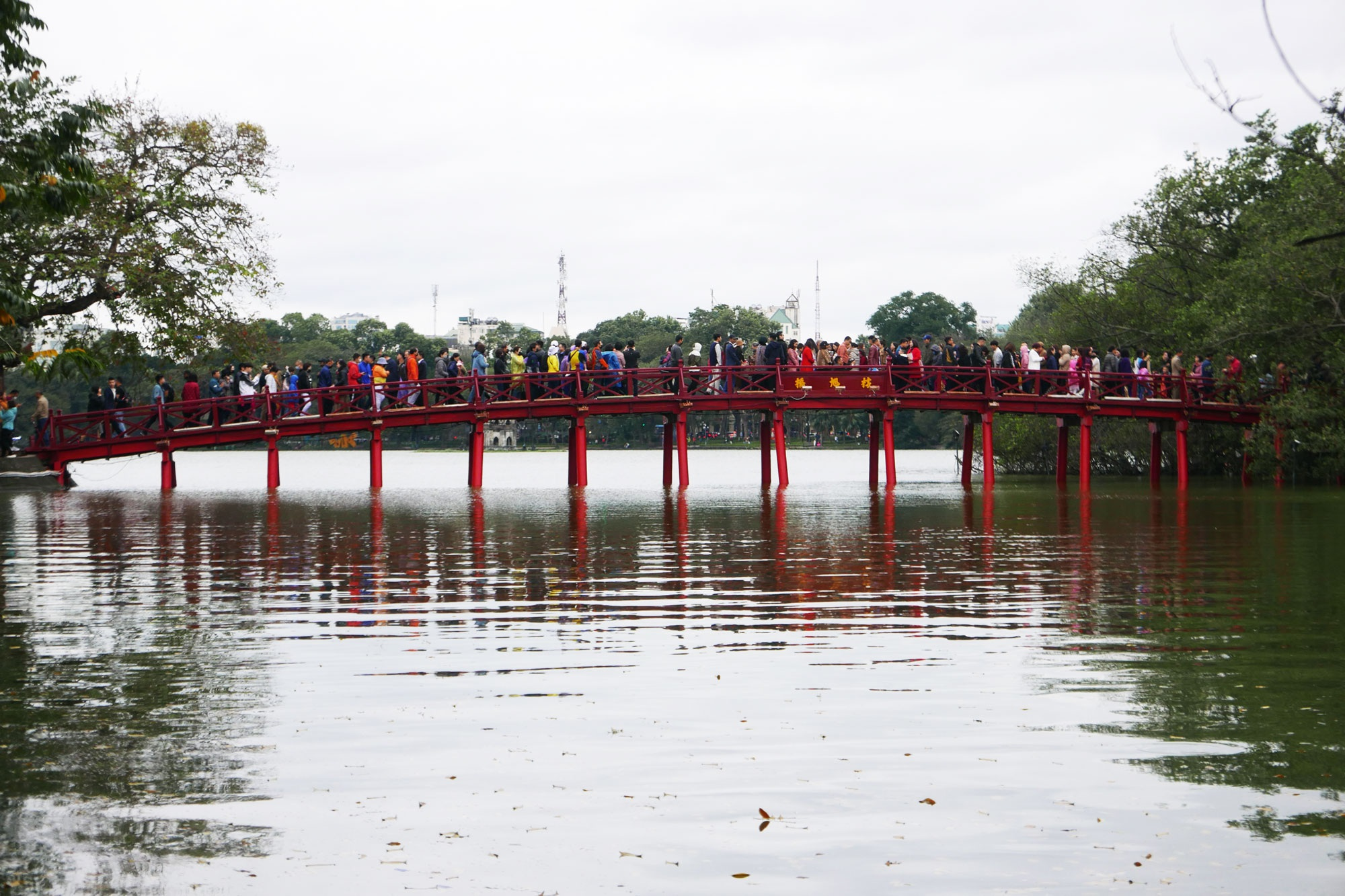 Cảnh lễ đền dưới mưa xuân tuyệt đẹp ở Hà Nội ngày mùng 1 Tết - 1