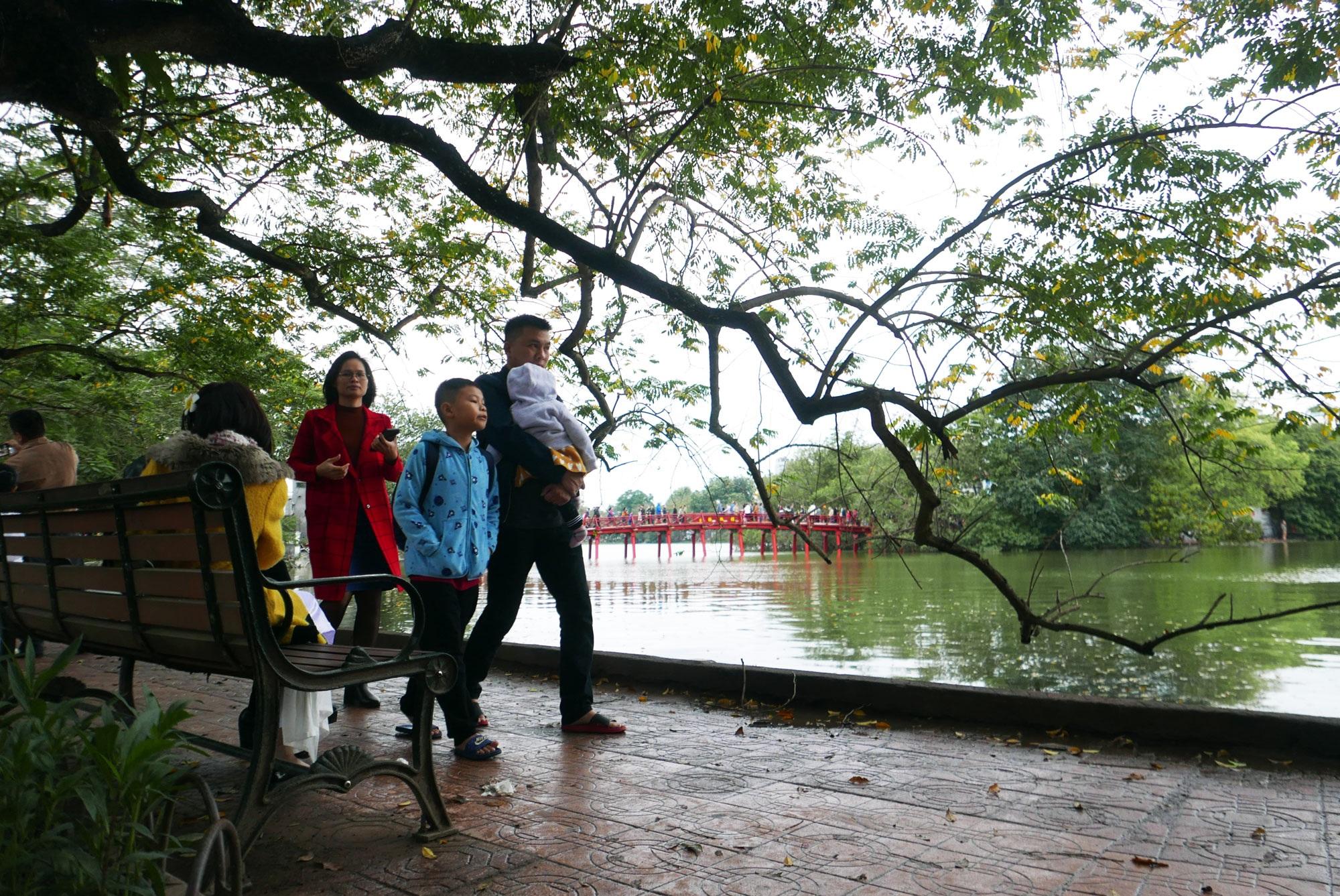 Cảnh lễ đền dưới mưa xuân tuyệt đẹp ở Hà Nội ngày mùng 1 Tết - 23