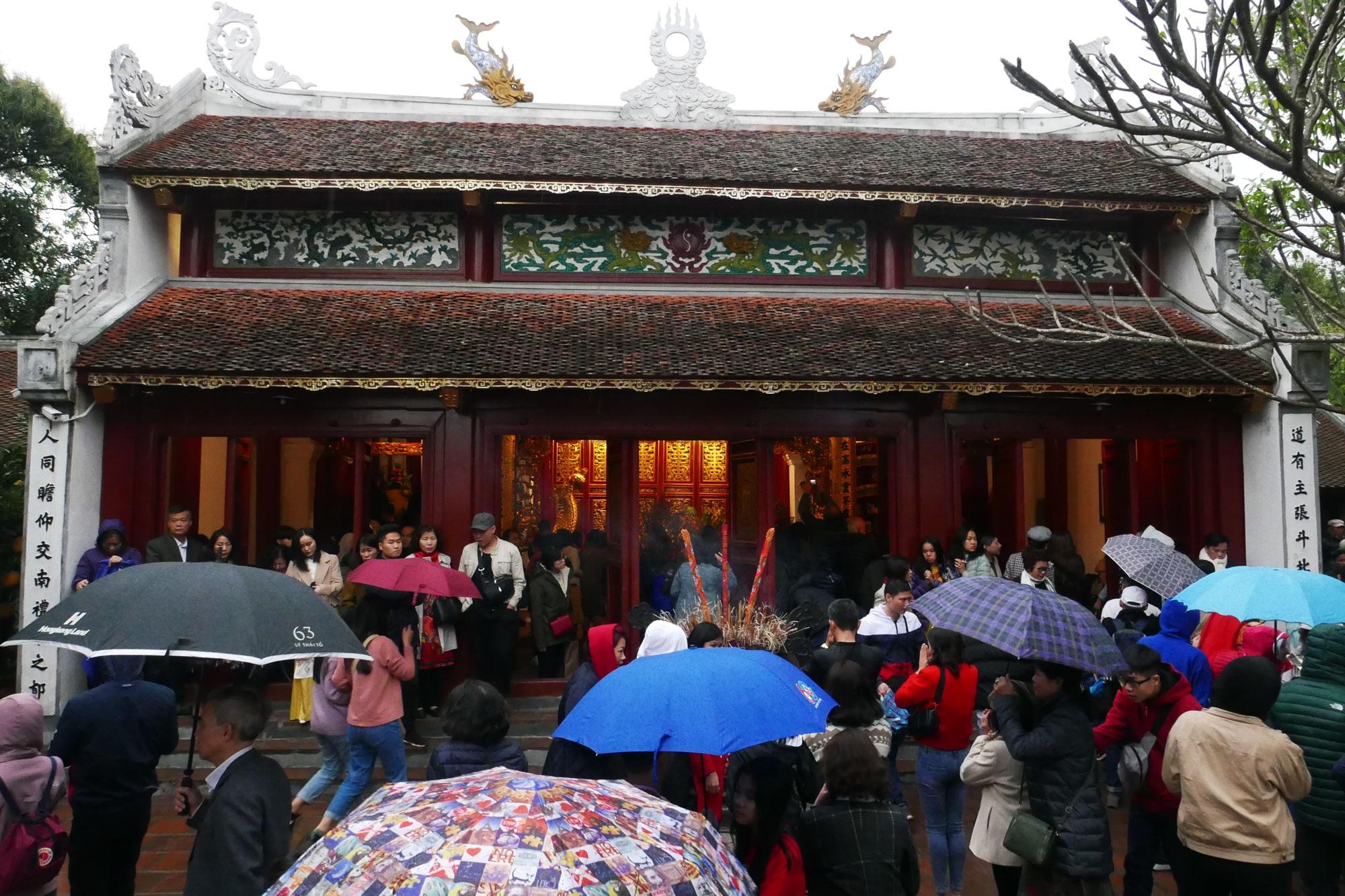 Cảnh lễ đền dưới mưa xuân tuyệt đẹp ở Hà Nội ngày mùng 1 Tết - 6