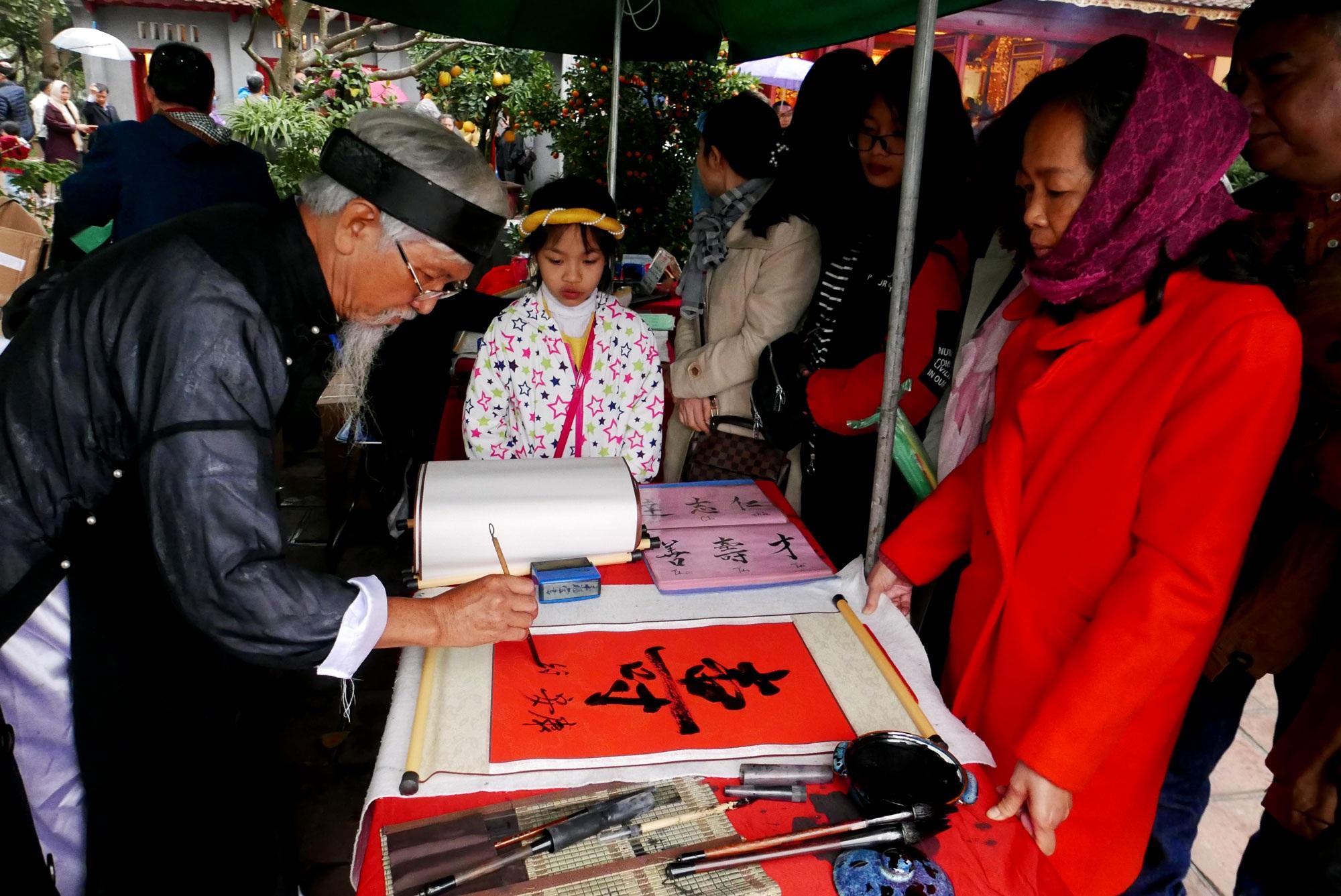 Cảnh lễ đền dưới mưa xuân tuyệt đẹp ở Hà Nội ngày mùng 1 Tết - 10