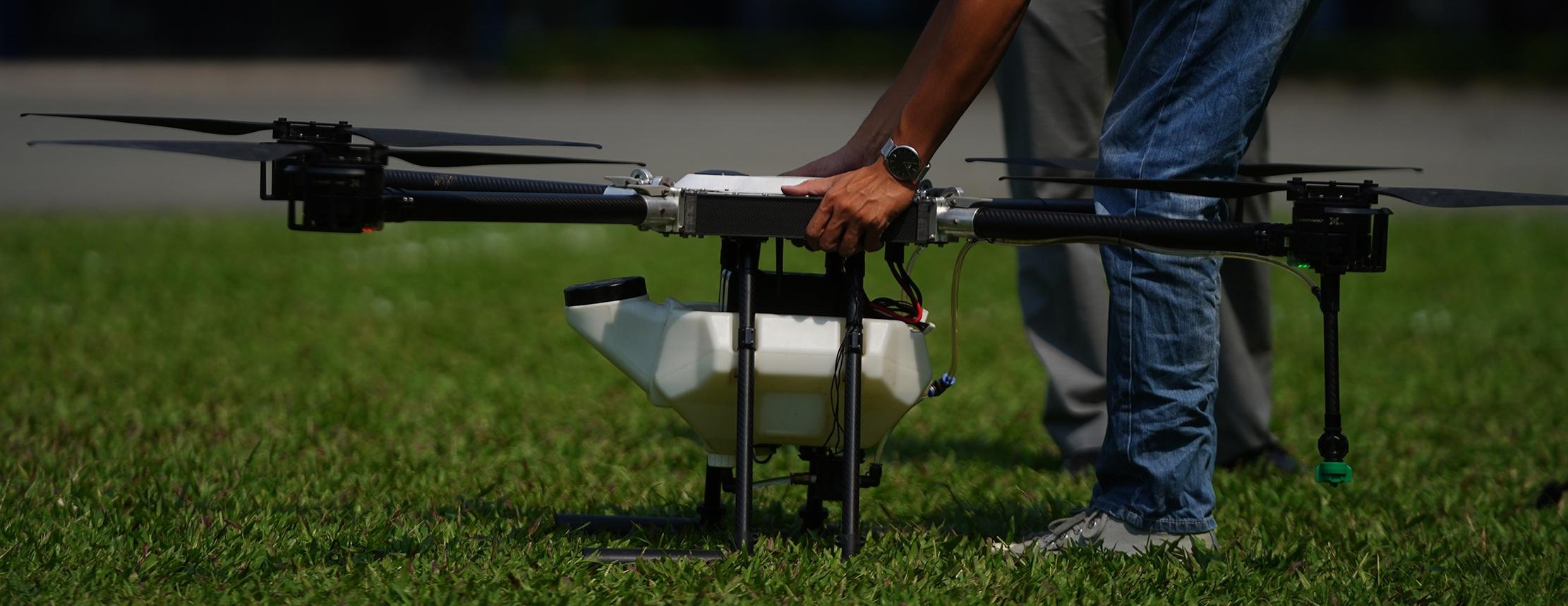Phó giáo sư 37 tuổi chế tạo máy bay dành cho nhà nông - 16