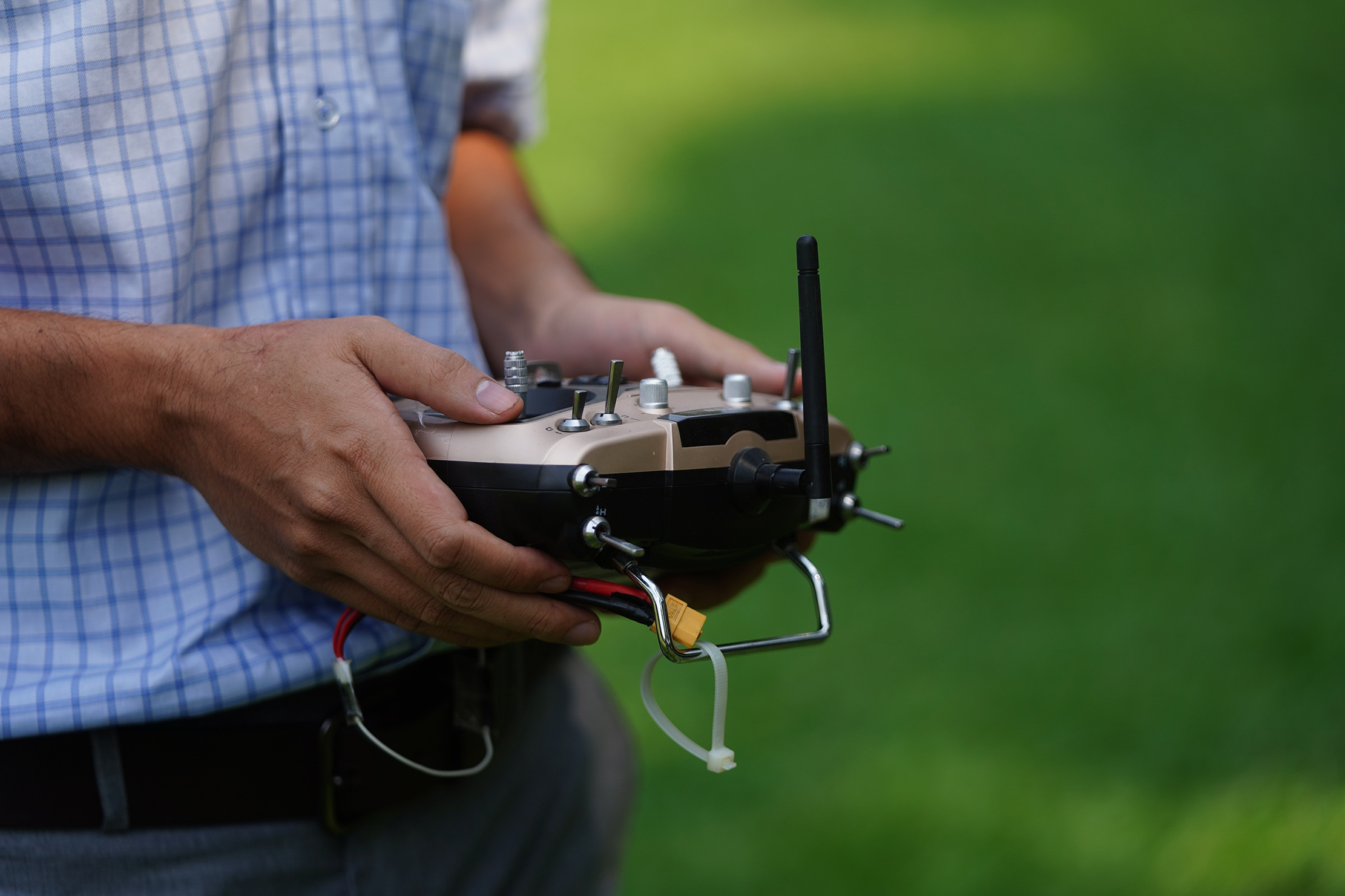 Phó giáo sư 37 tuổi chế tạo máy bay dành cho nhà nông - 20
