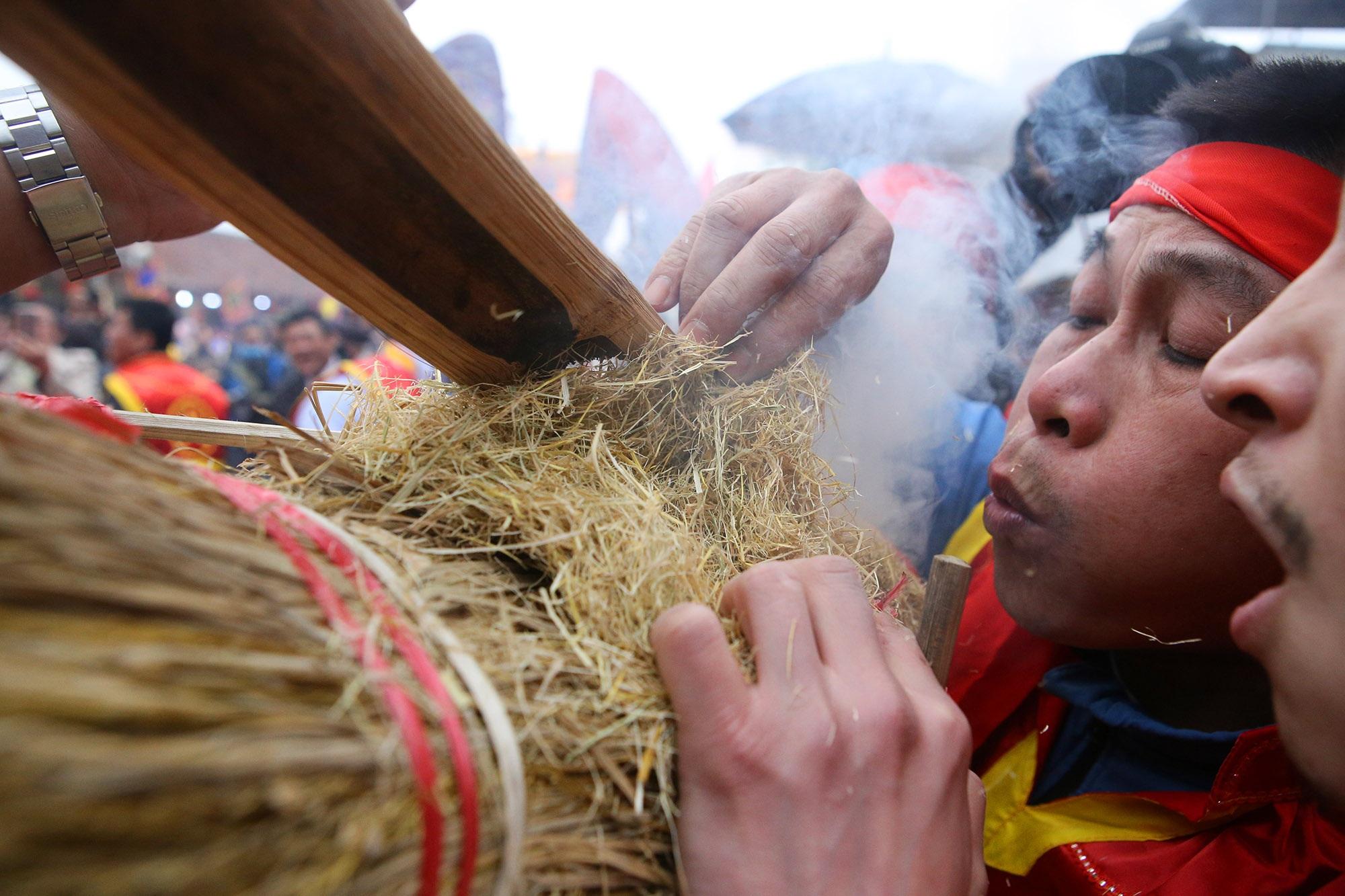 Hình ảnh đặc biệt trong lễ thổi cơm cổ xưa ít phút trước lệnh cấm vì virus corona - 5