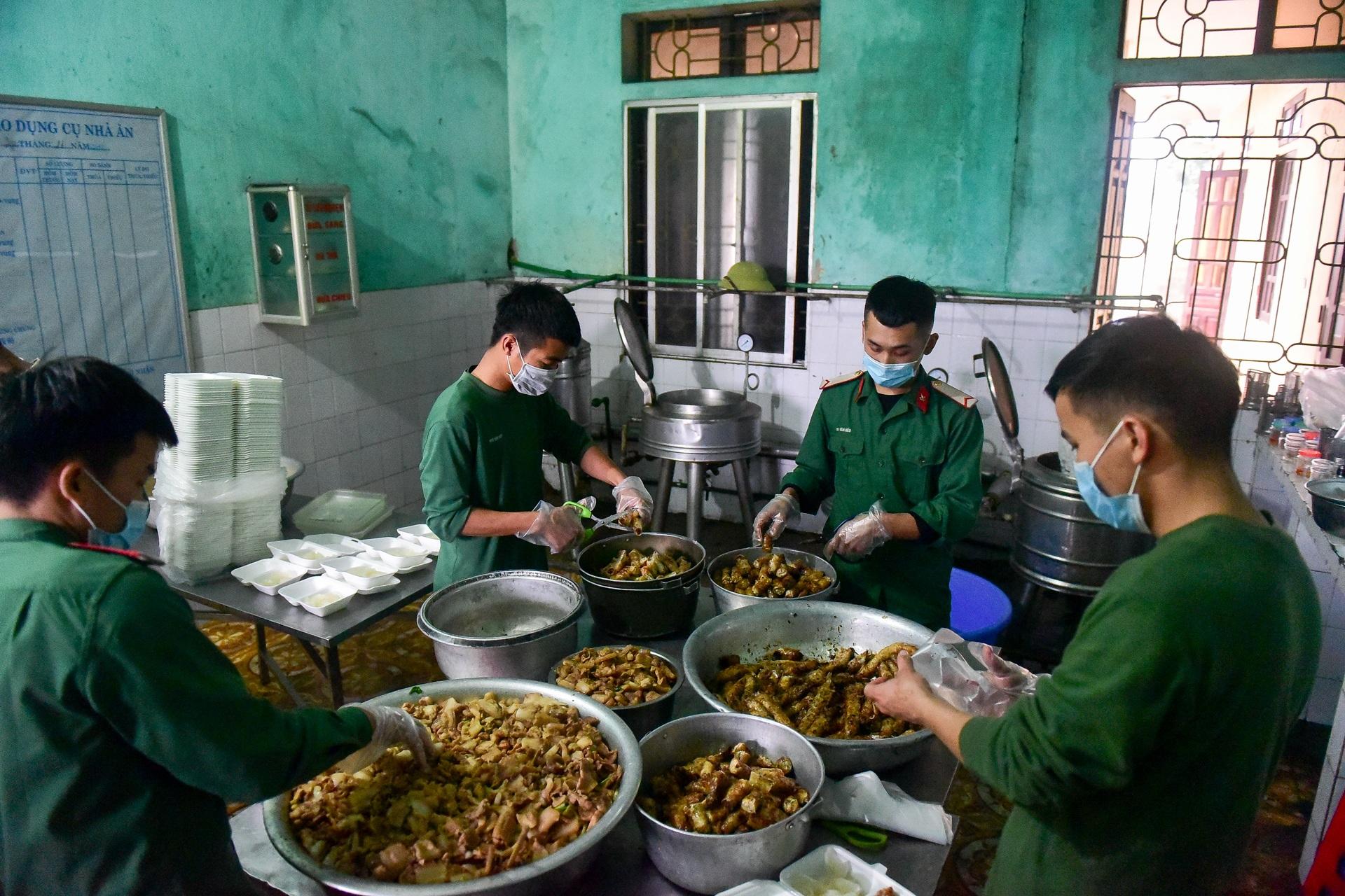 Chiến sĩ vội vã chuẩn bị hàng trăm suất cơm trong khu cách ly tại Lạng Sơn - 4