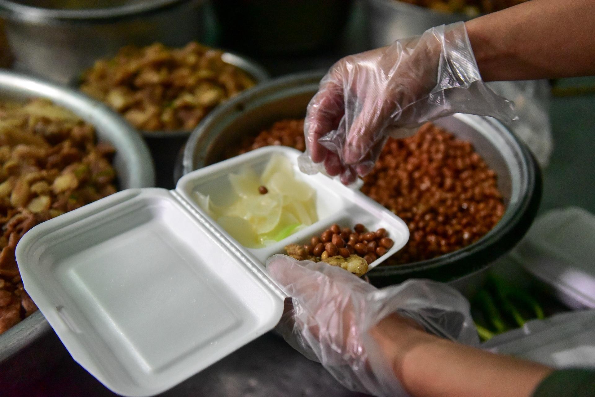 Chiến sĩ vội vã chuẩn bị hàng trăm suất cơm trong khu cách ly tại Lạng Sơn - 5