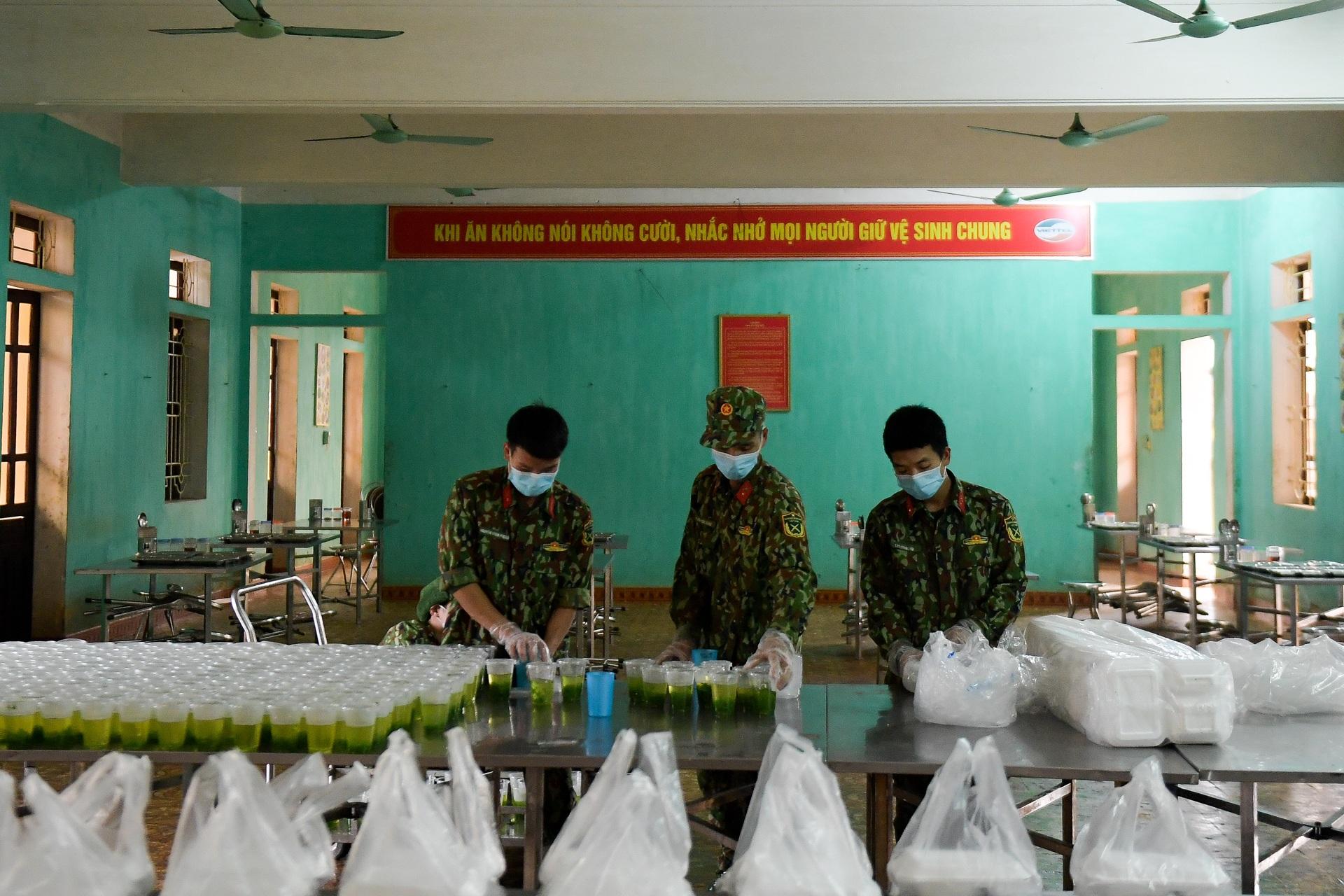 Chiến sĩ vội vã chuẩn bị hàng trăm suất cơm trong khu cách ly tại Lạng Sơn - 13