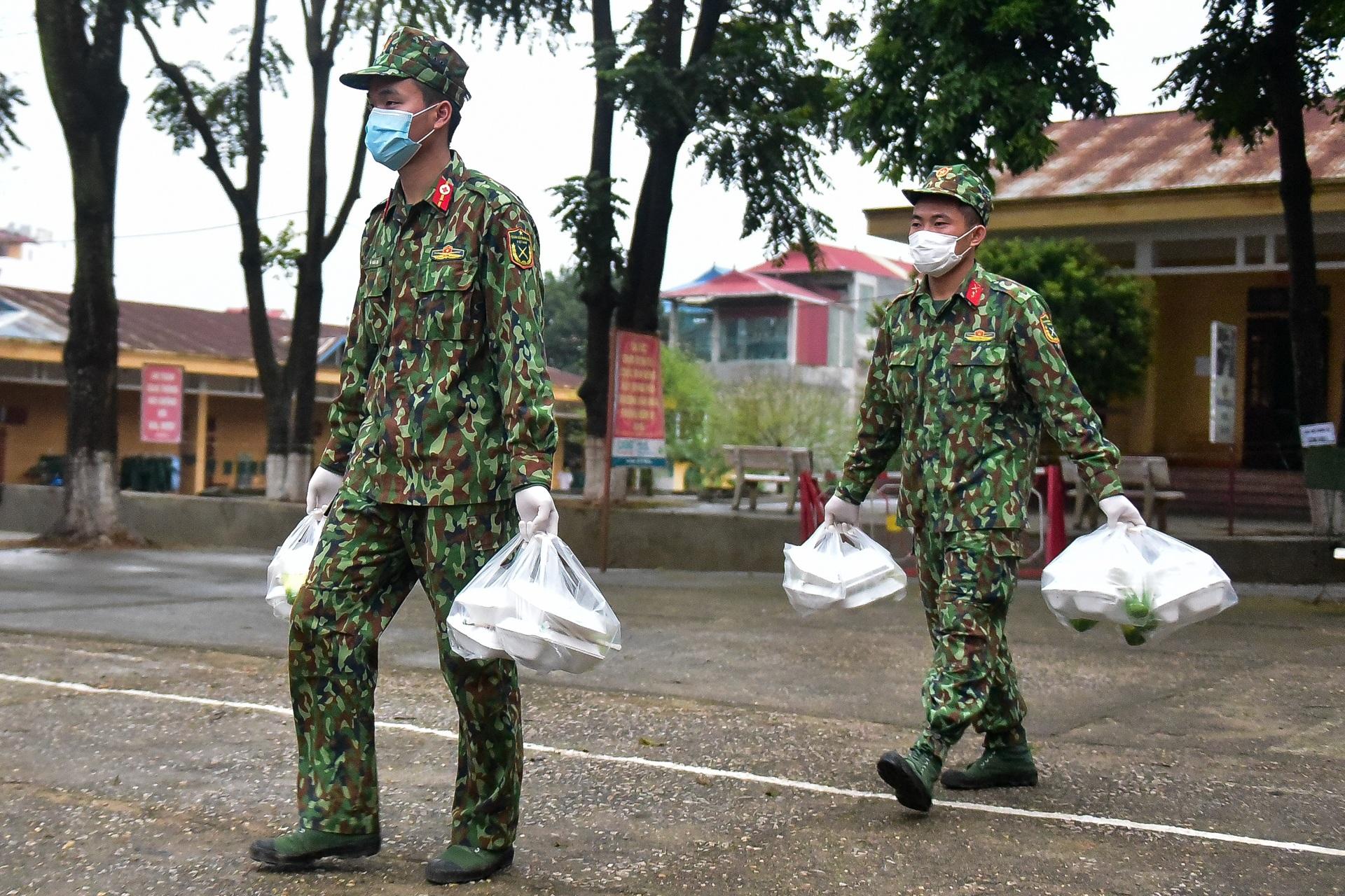 Chiến sĩ vội vã chuẩn bị hàng trăm suất cơm trong khu cách ly tại Lạng Sơn - 22