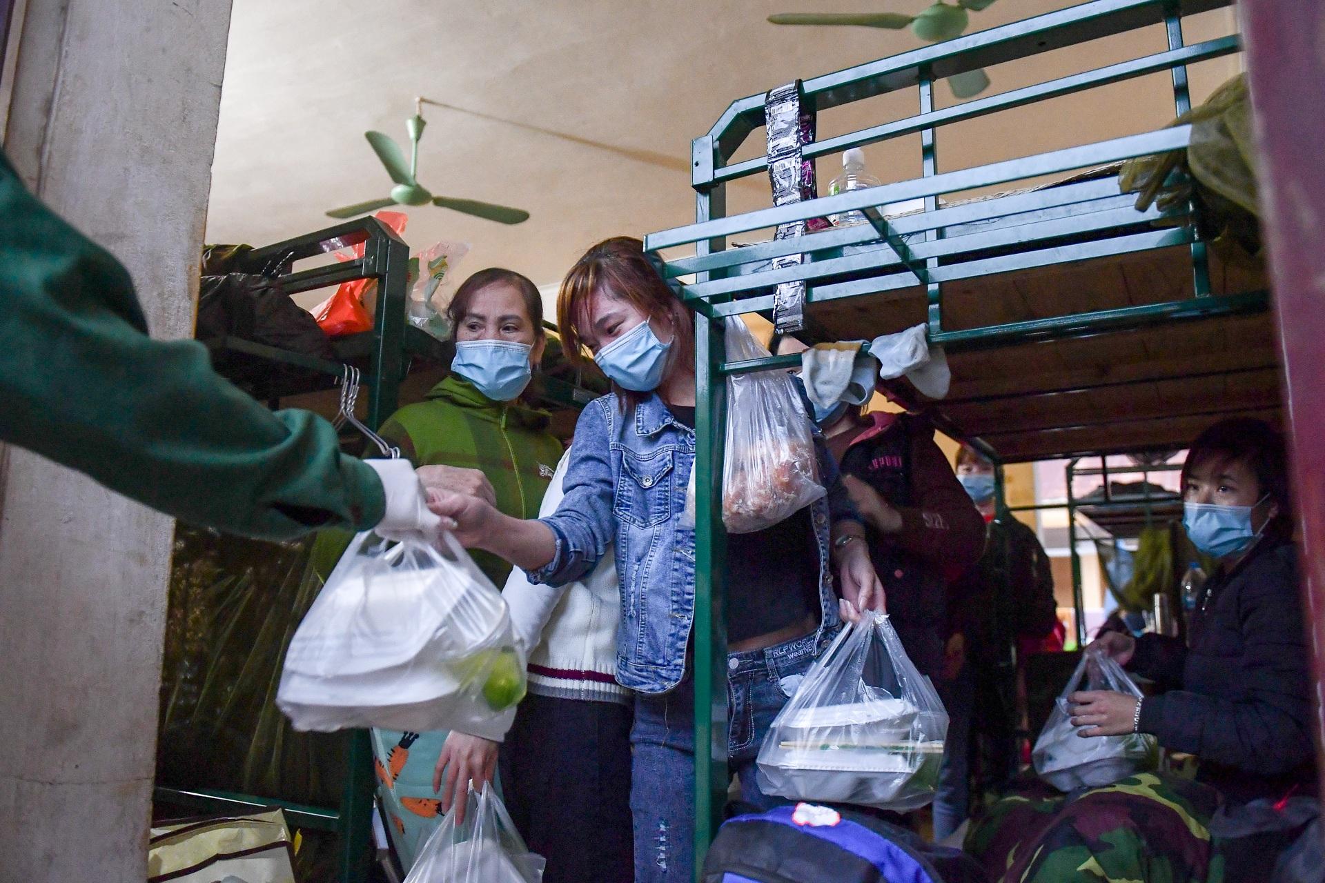 Chiến sĩ vội vã chuẩn bị hàng trăm suất cơm trong khu cách ly tại Lạng Sơn - 23