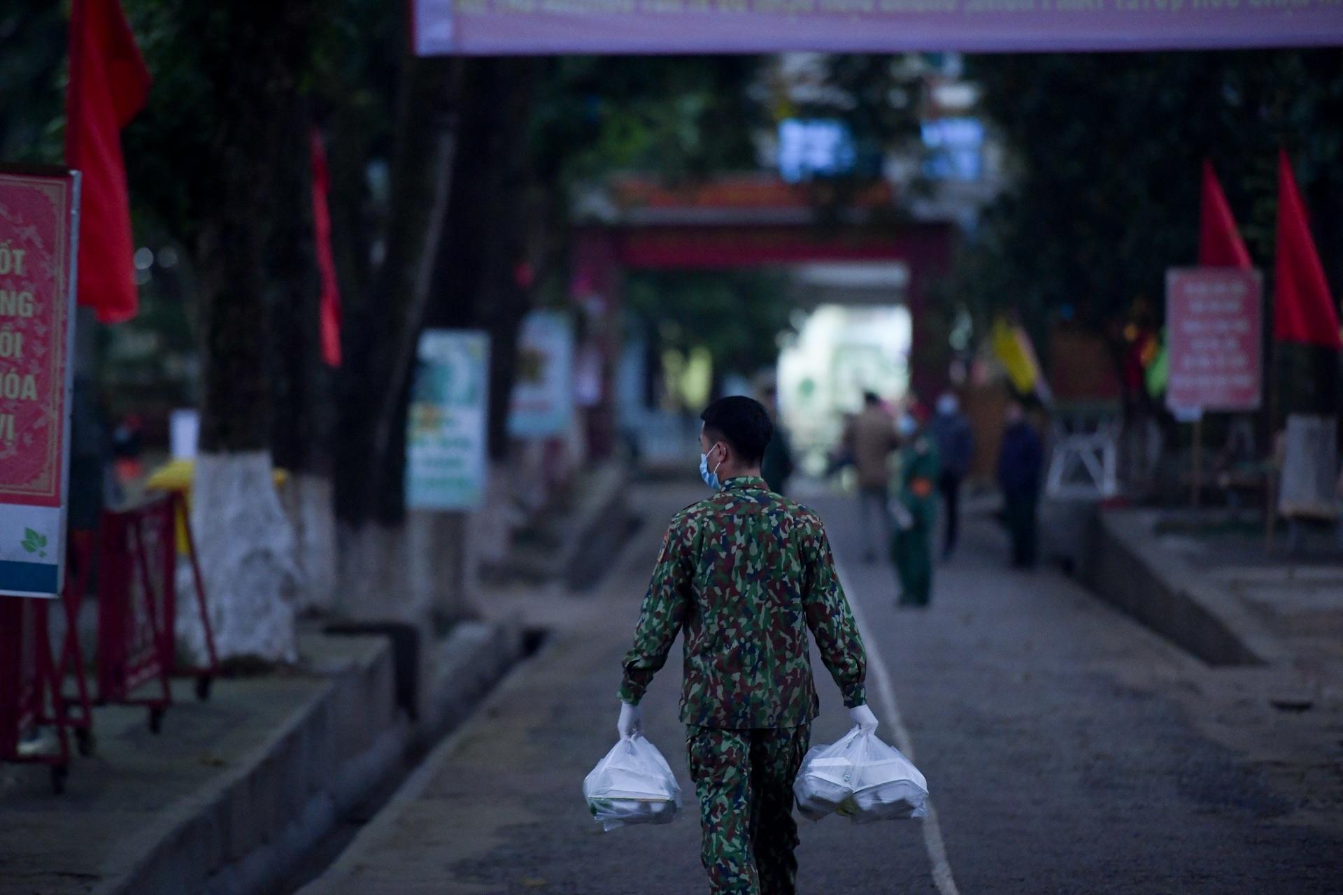 Chiến sĩ vội vã chuẩn bị hàng trăm suất cơm trong khu cách ly tại Lạng Sơn - 25