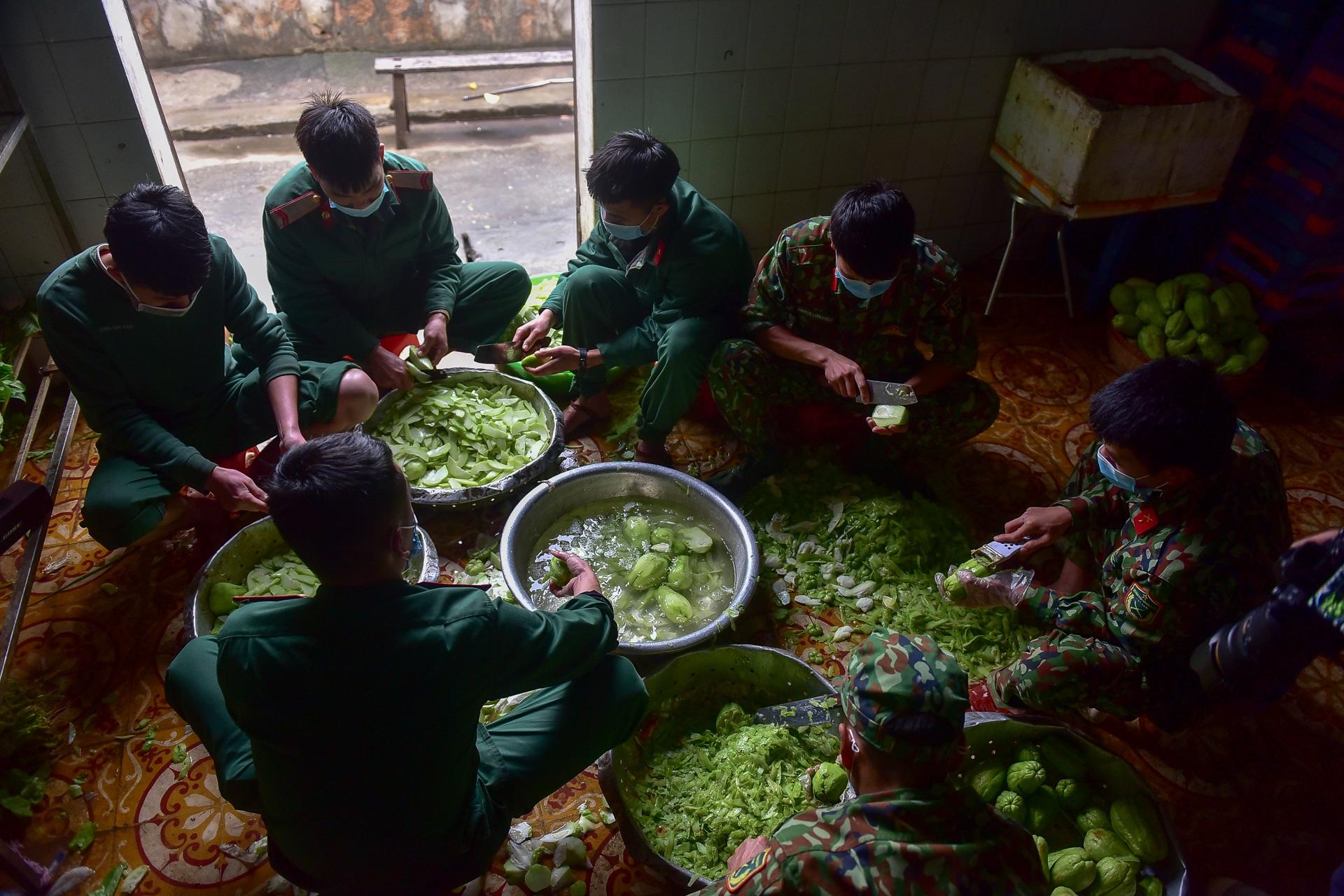 Chiến sĩ vội vã chuẩn bị hàng trăm suất cơm trong khu cách ly tại Lạng Sơn - 2