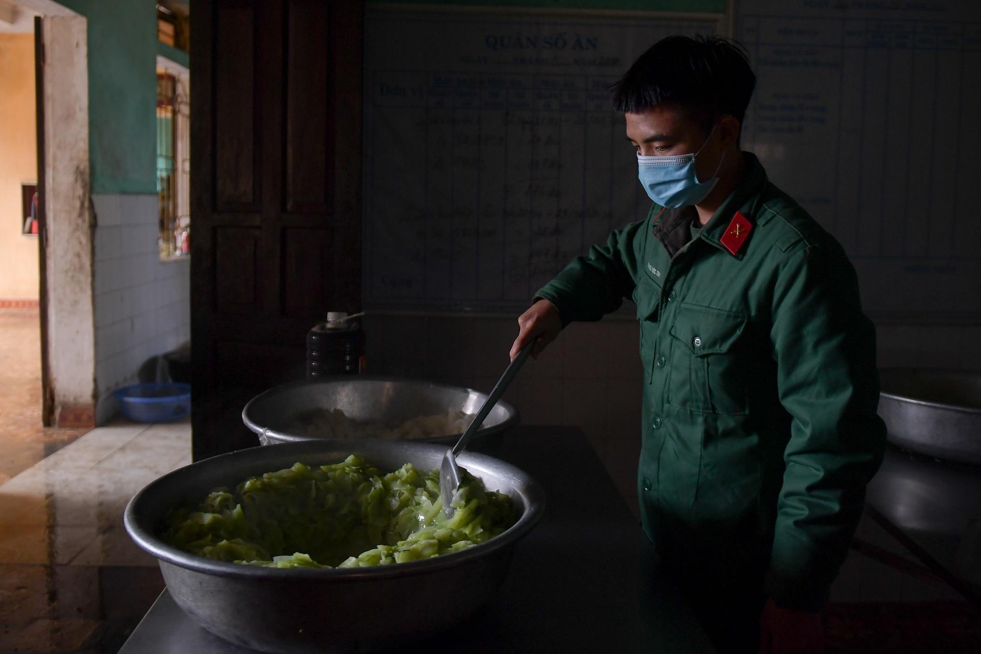 Chiến sĩ vội vã chuẩn bị hàng trăm suất cơm trong khu cách ly tại Lạng Sơn - 11