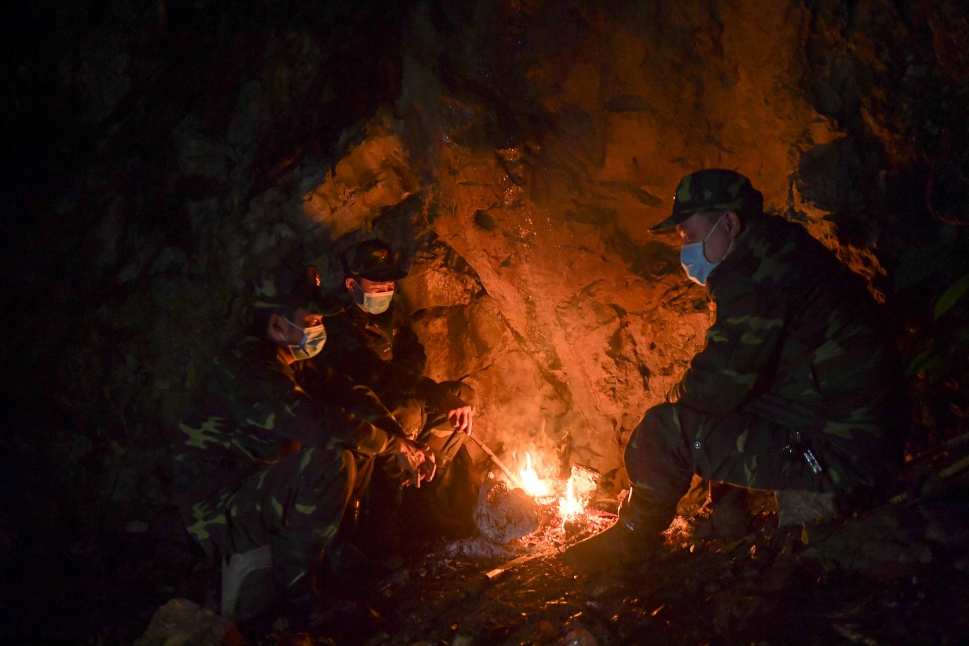 Những chiến sĩ đắp đá làm giường, ròng rã nơi biên giới chống dịch corona - 9