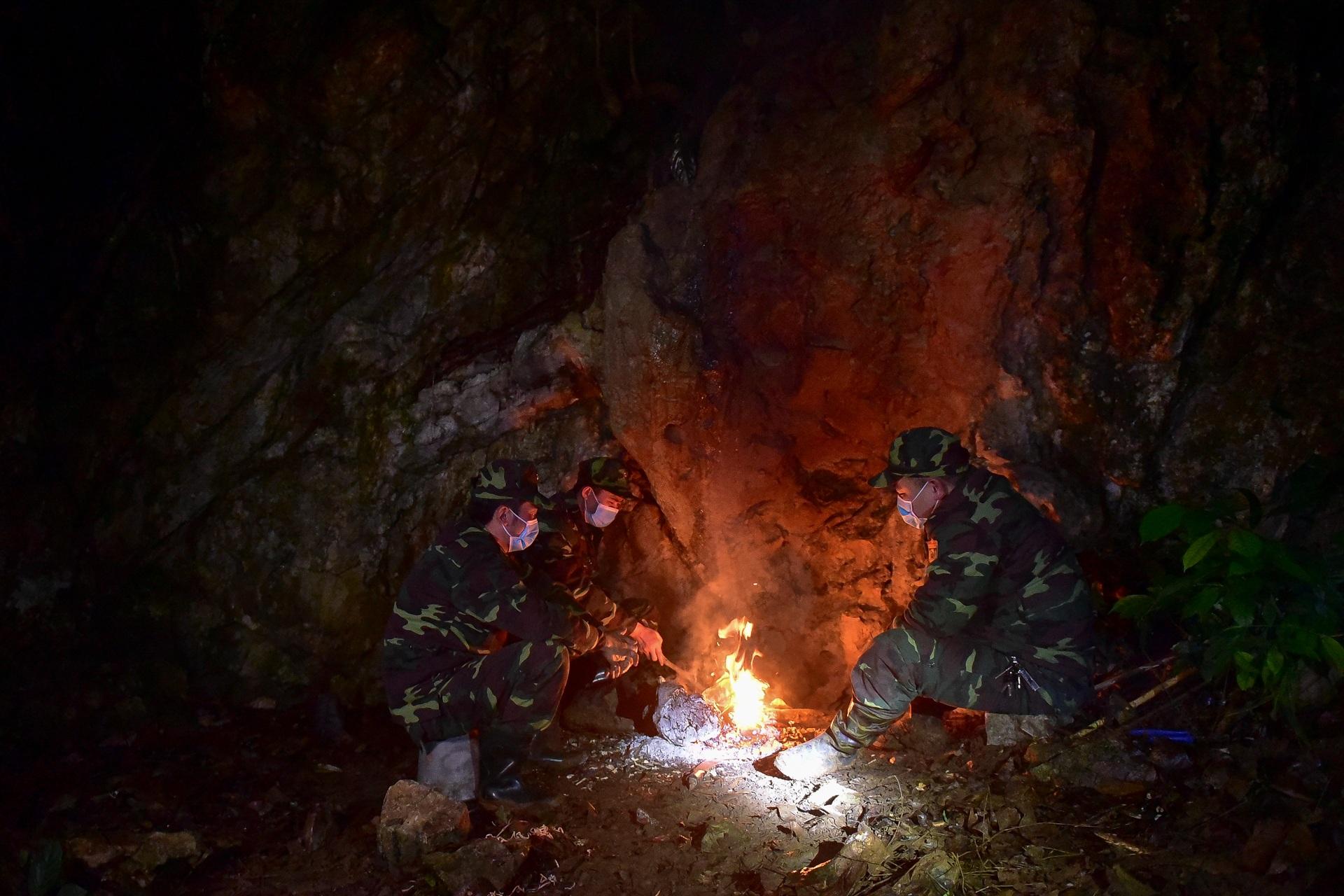 Những chiến sĩ đắp đá làm giường, ròng rã nơi biên giới chống dịch corona - 12
