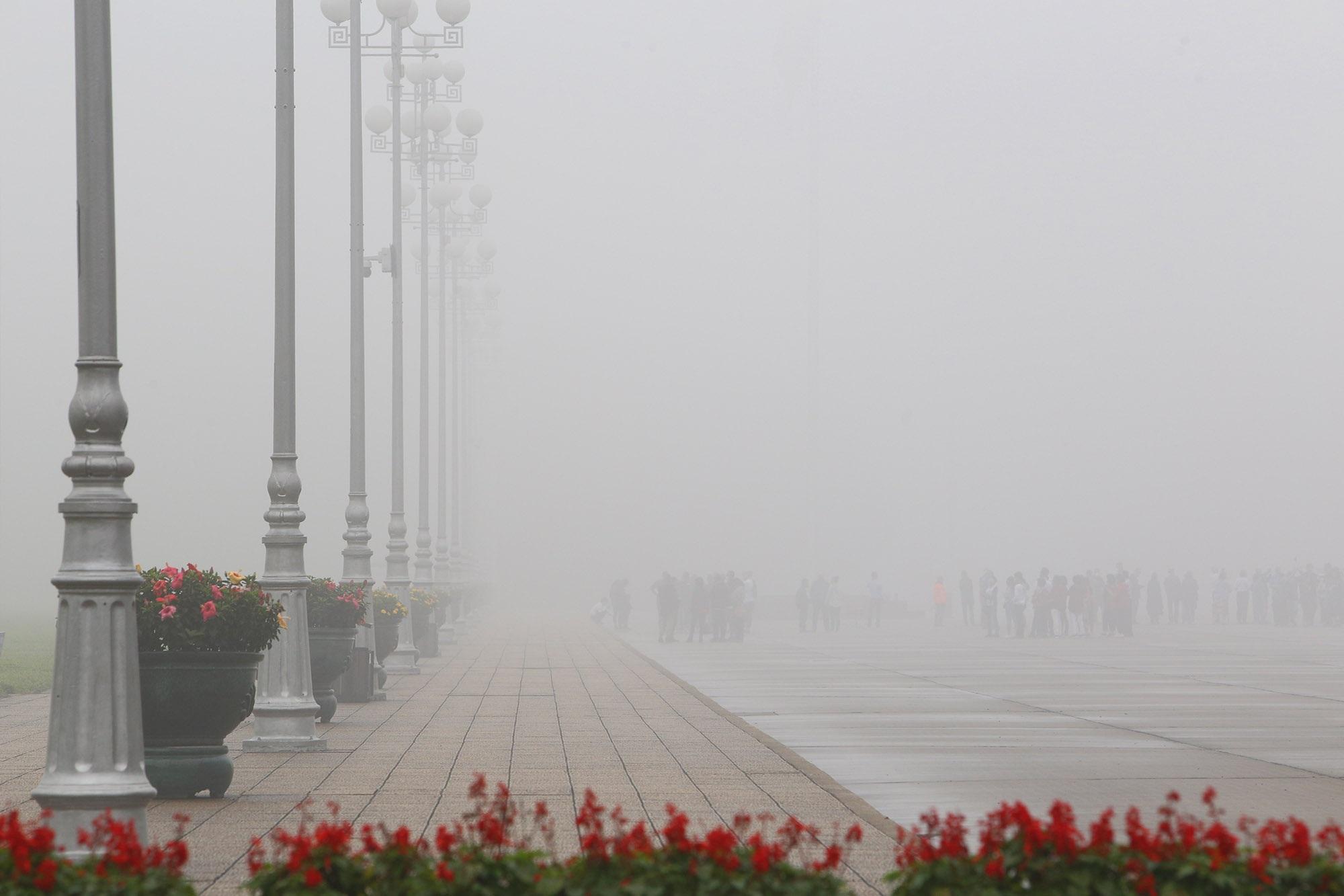 Hà Nội thơ mộng sau làn sương mù dày đặc - 1