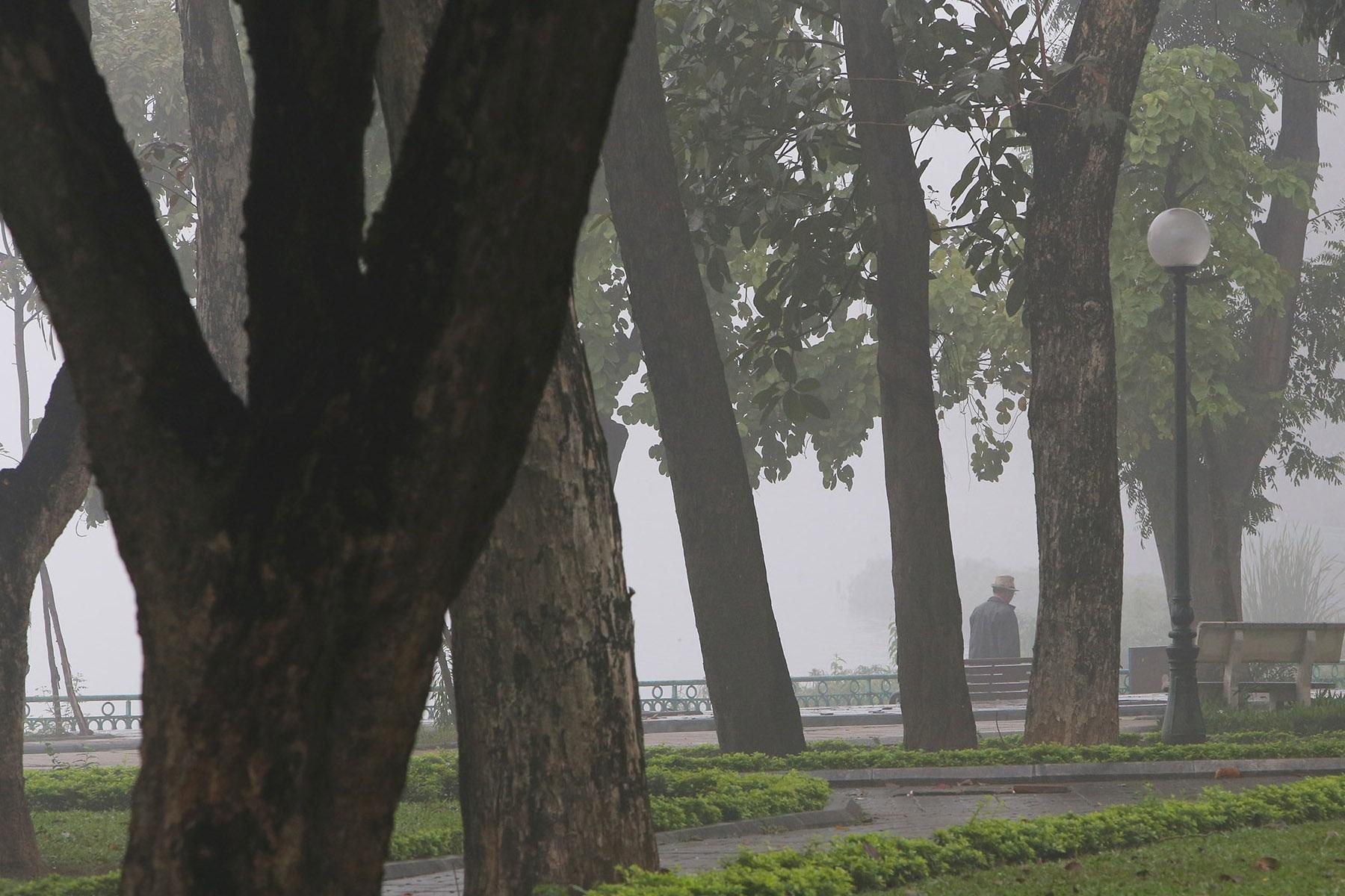 Hà Nội thơ mộng sau làn sương mù dày đặc - 10