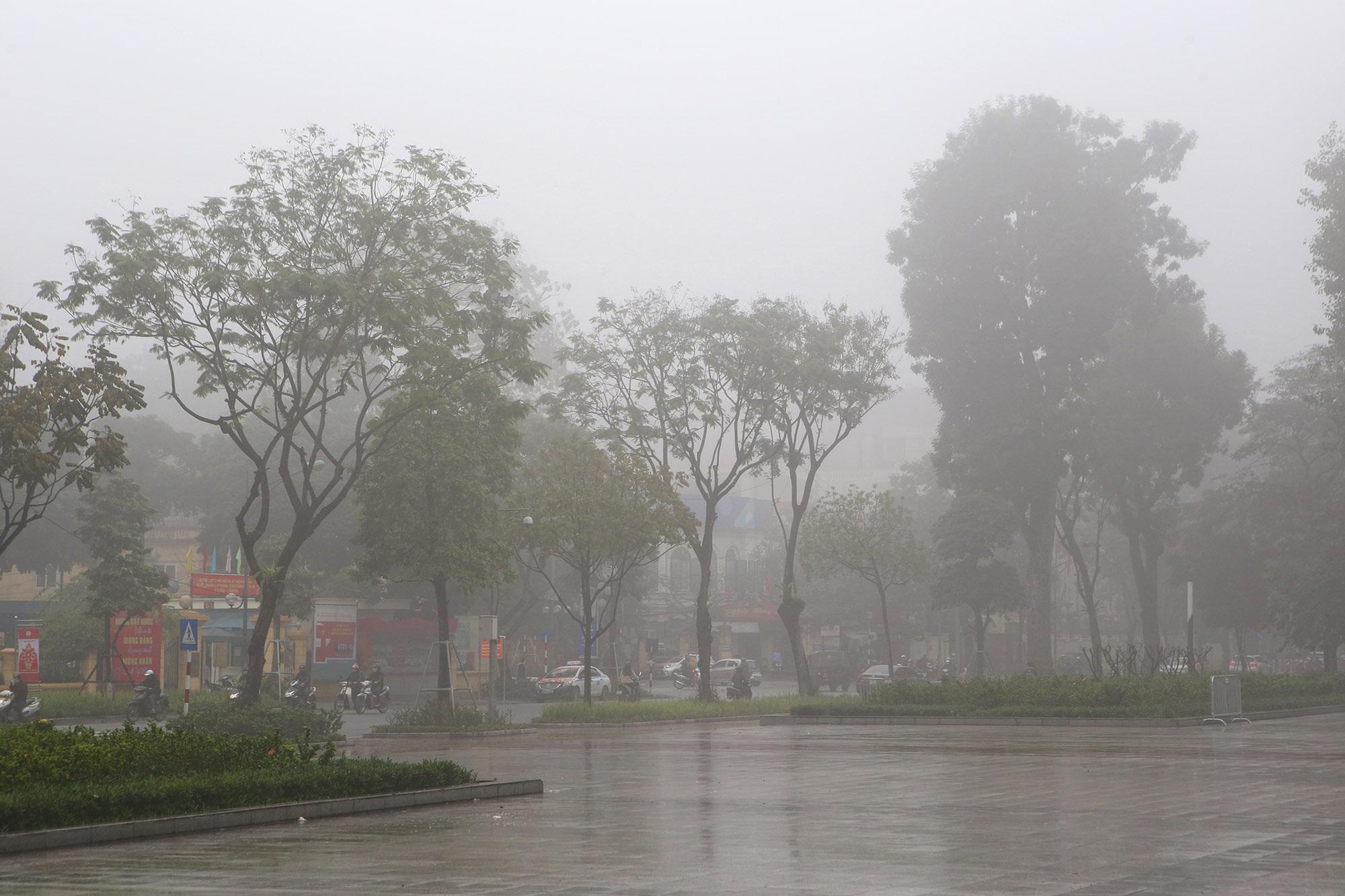 Hà Nội thơ mộng sau làn sương mù dày đặc - 13