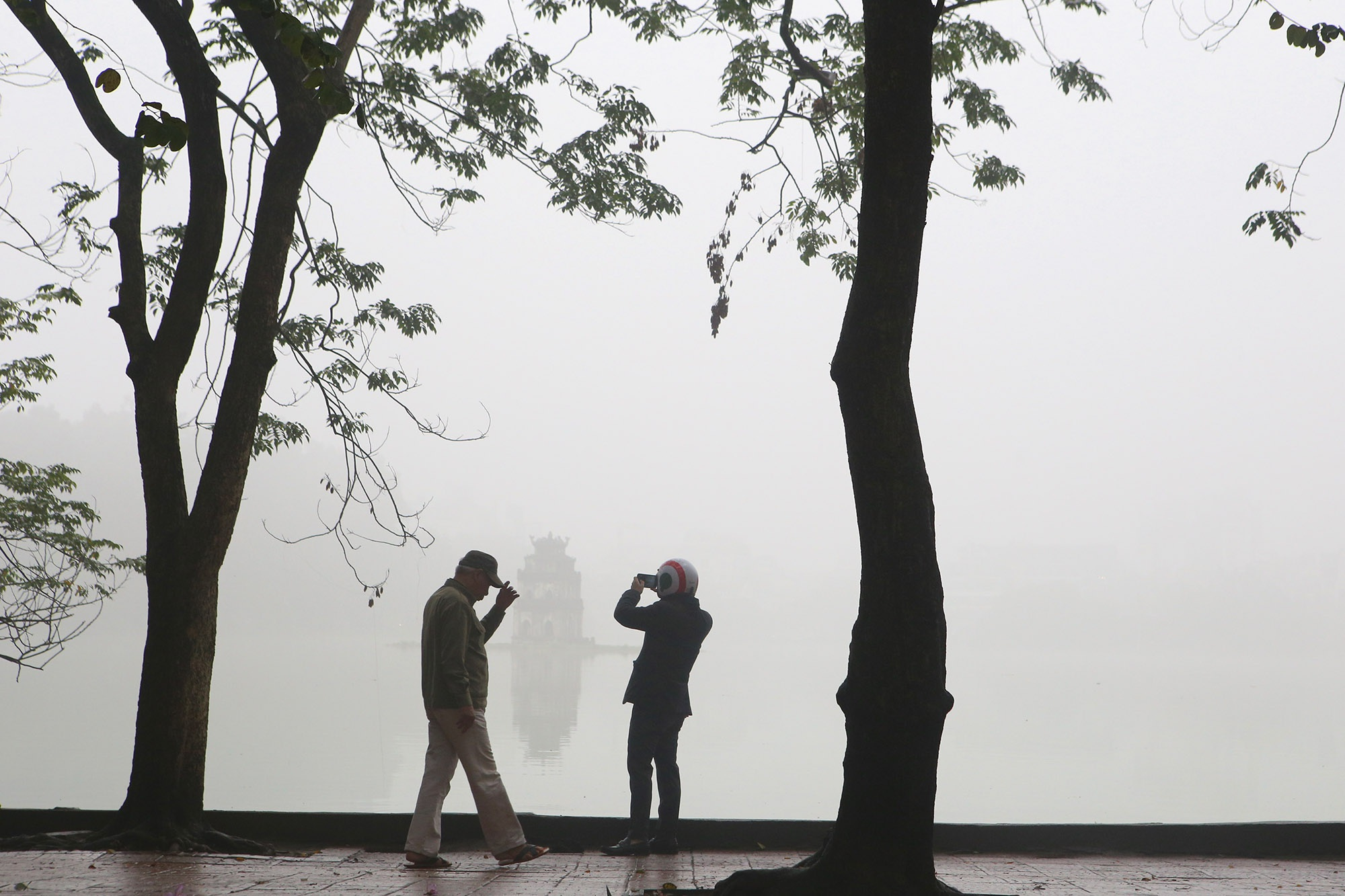 Hà Nội thơ mộng sau làn sương mù dày đặc - 16