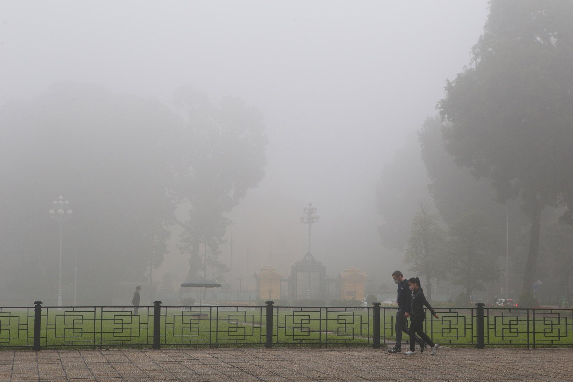 Hà Nội thơ mộng sau làn sương mù dày đặc - 5