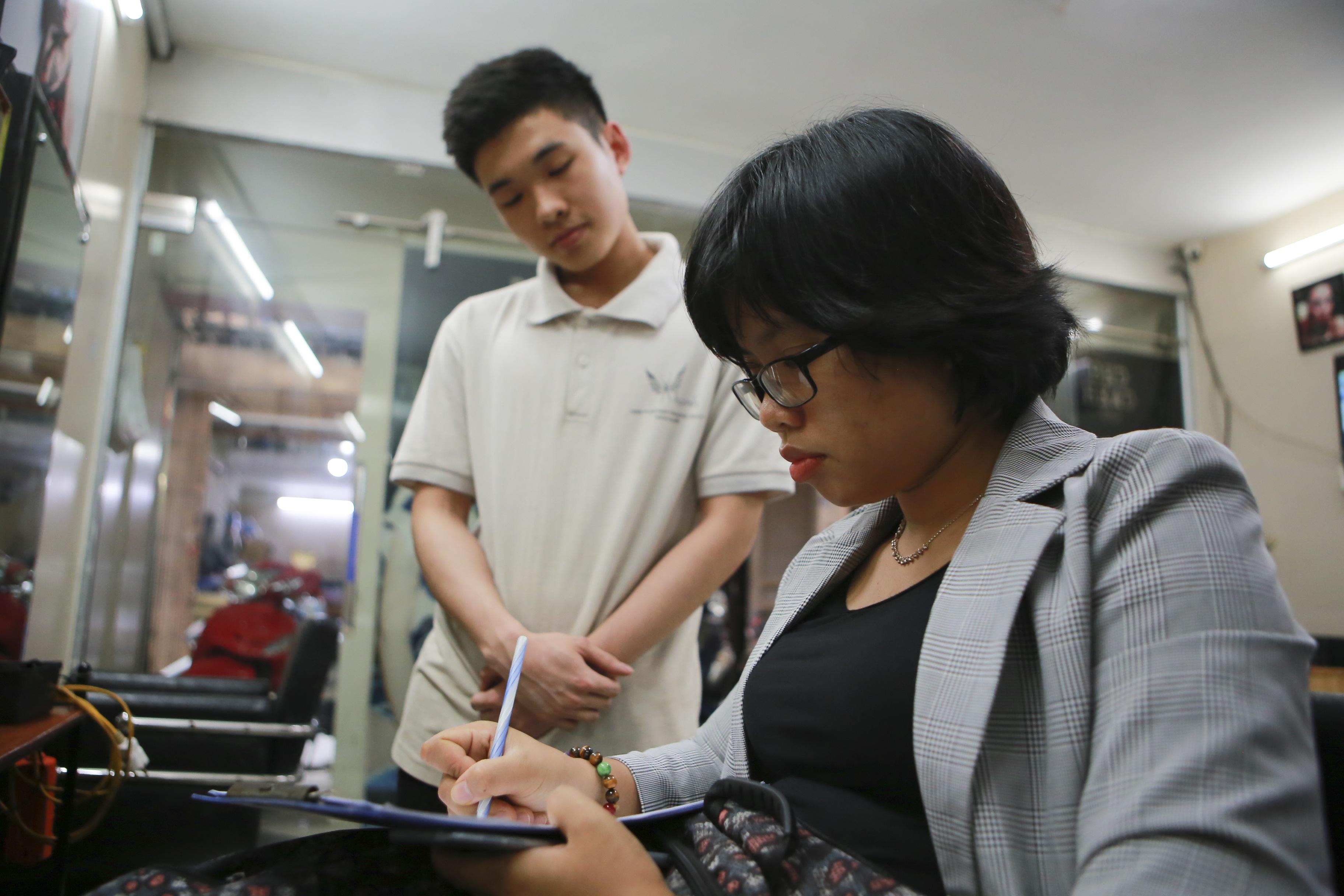 Chàng trai khiếm thính dạy cắt tóc miễn phí cho người khuyết tật ở Hà Nội - 15