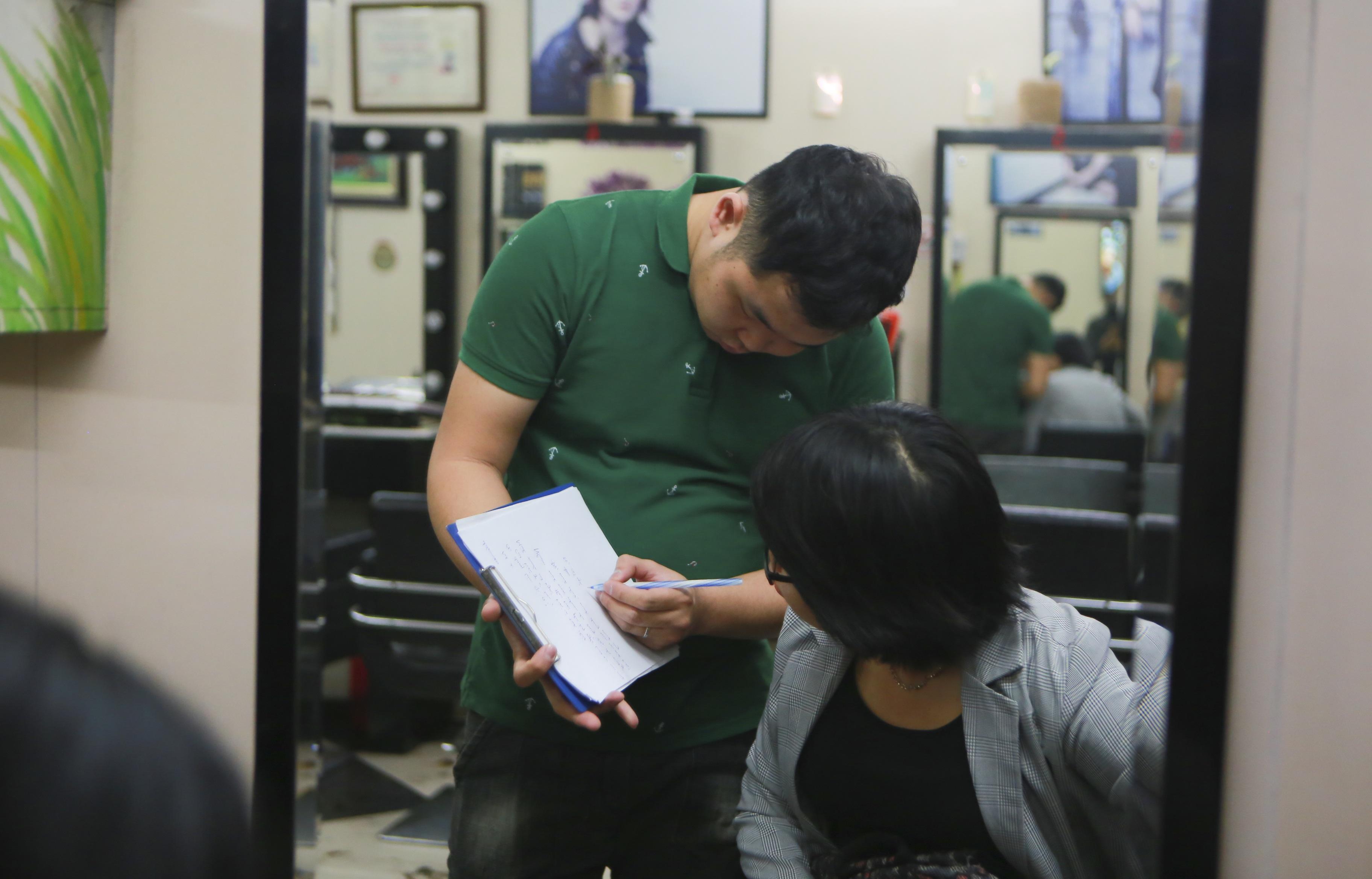 Chàng trai khiếm thính dạy cắt tóc miễn phí cho người khuyết tật ở Hà Nội - 4