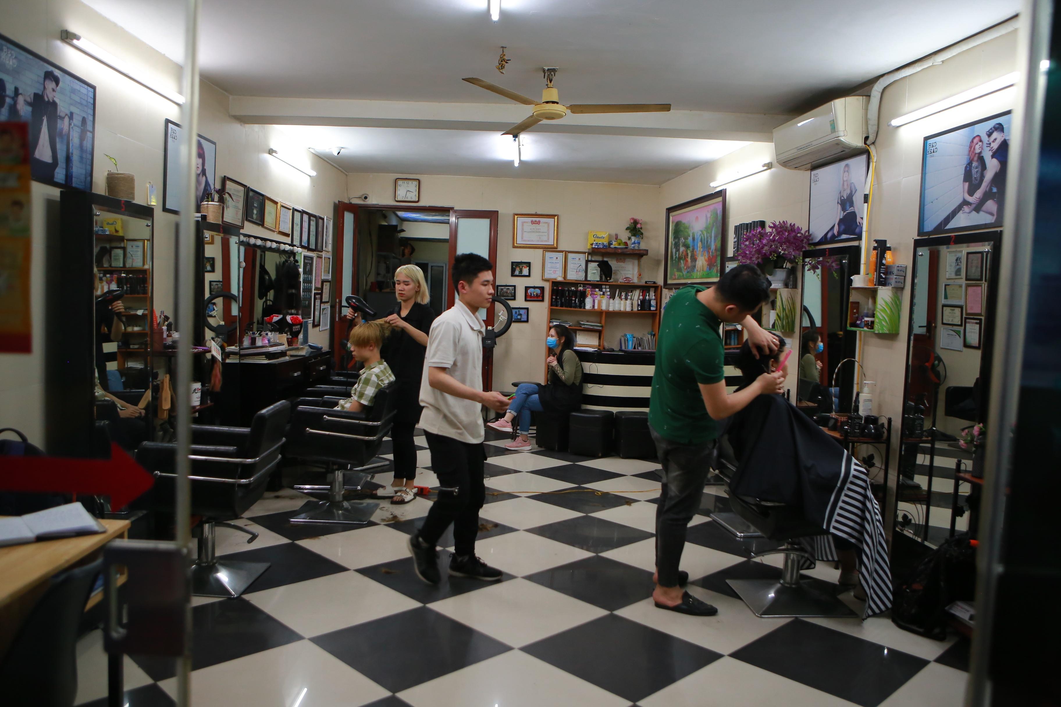 Chàng trai khiếm thính dạy cắt tóc miễn phí cho người khuyết tật ở Hà Nội - 1