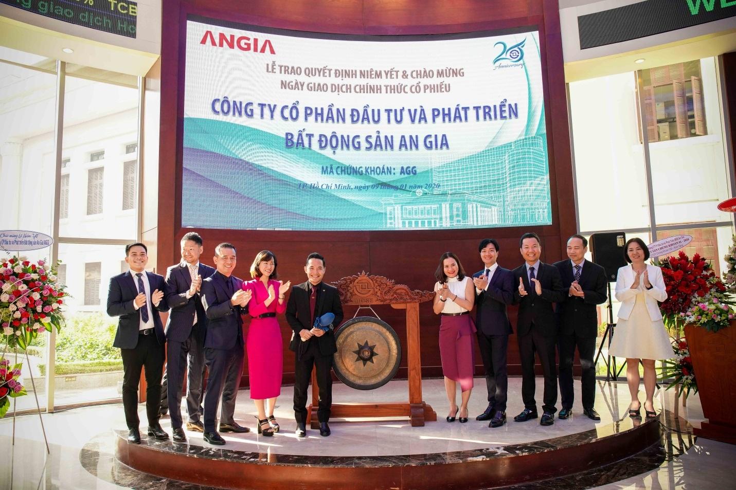 Lãnh đạo An Gia đánh cồng khai trương phiên giao dịch đầu tiên của cổ phiếu AGG trên HOSE ngày 09/01