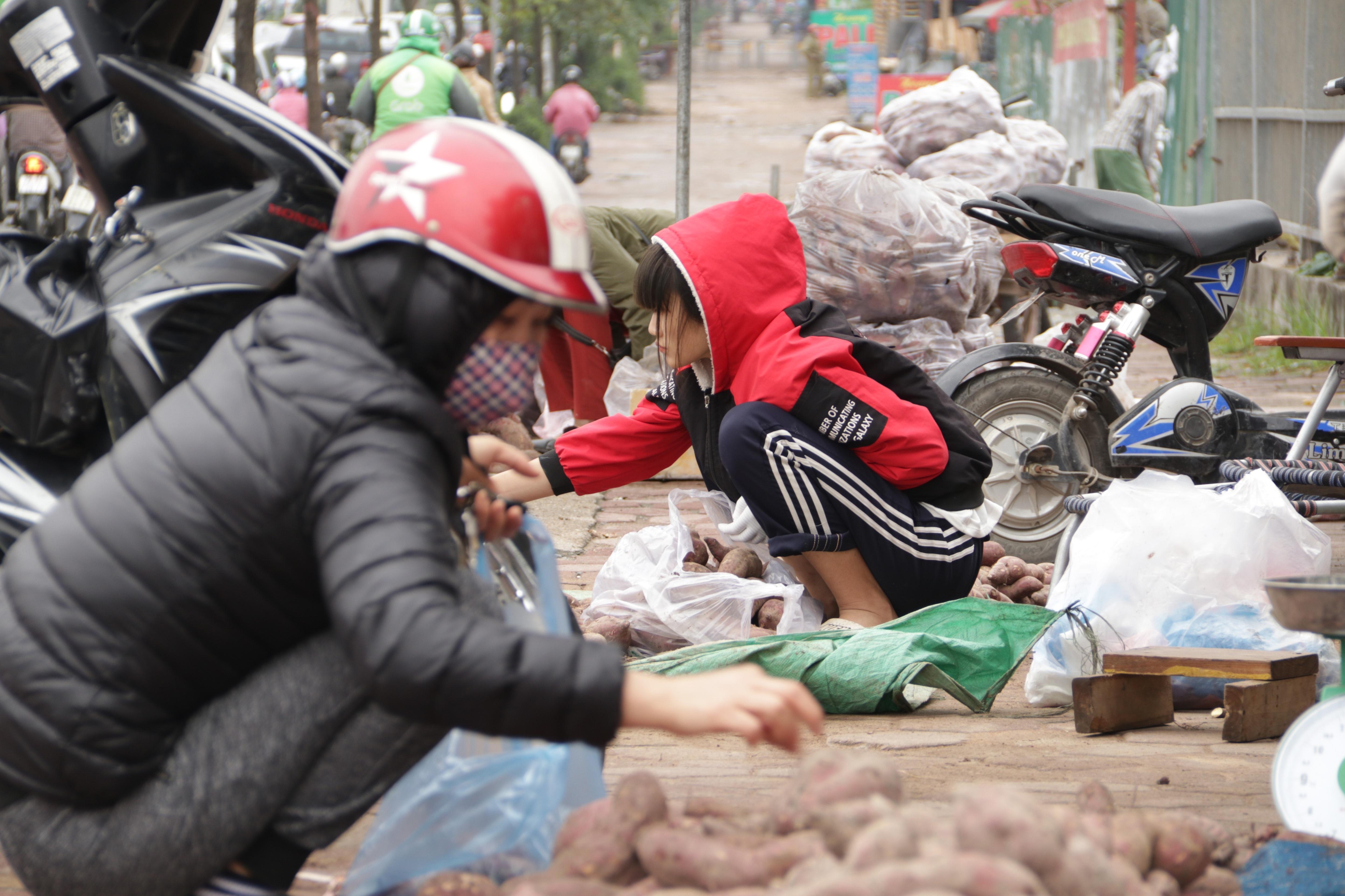 Hà Nội: Lấy mác giải cứu nông sản để chiếm vỉa hè nhiều tuyến phố - 16
