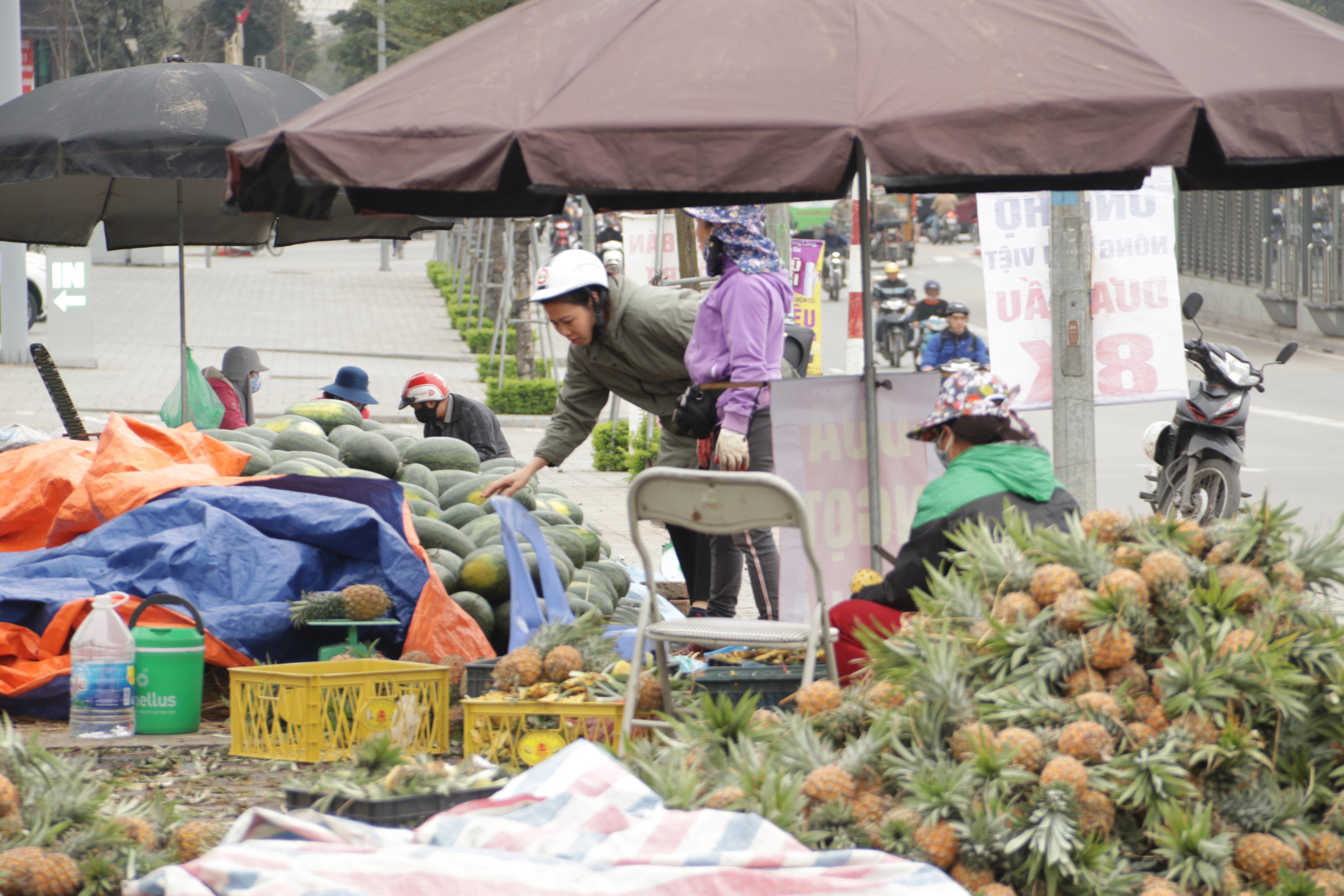 Hà Nội: Lấy mác giải cứu nông sản để chiếm vỉa hè nhiều tuyến phố - 3