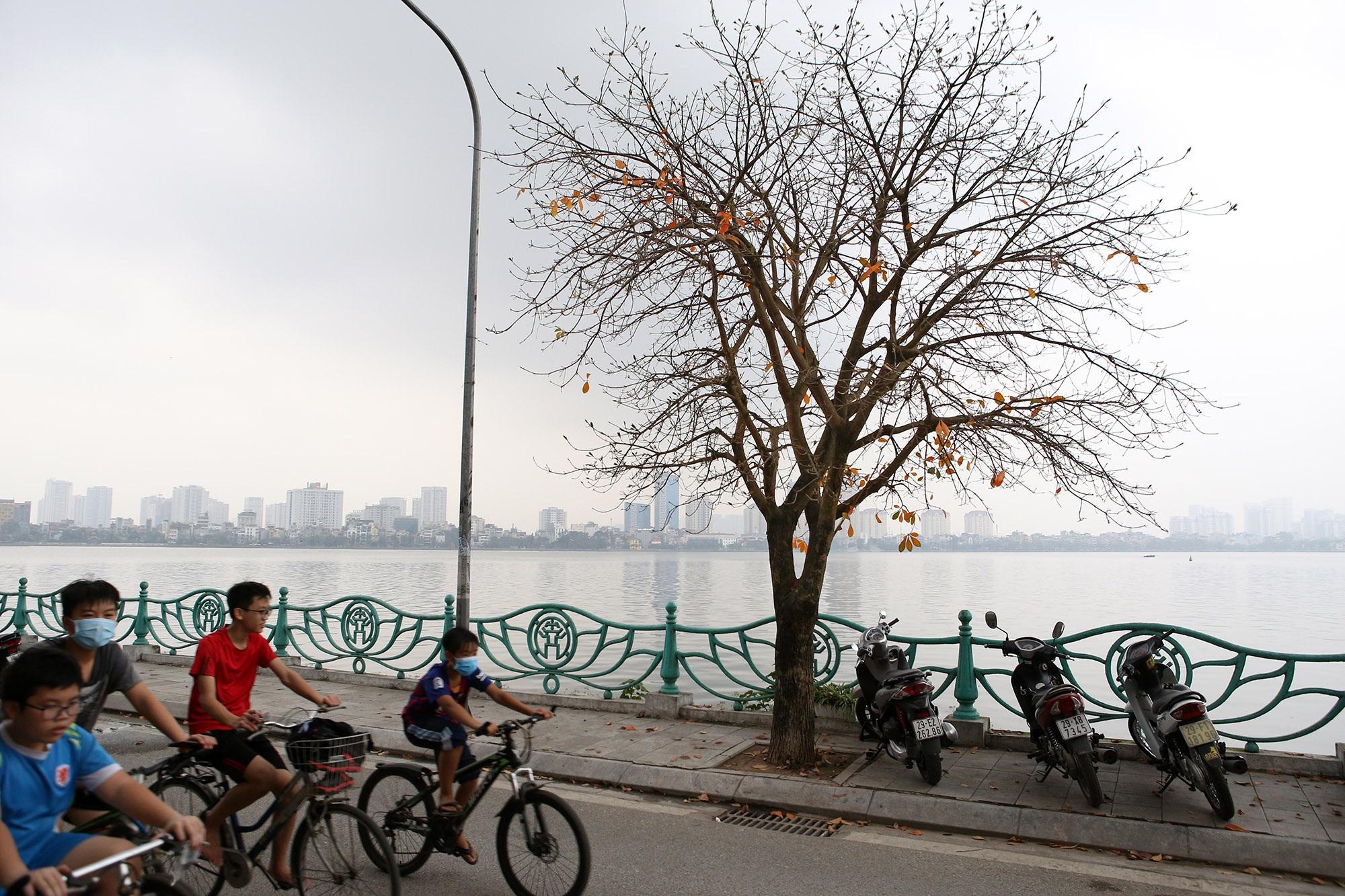 Hà Nội: Ngắm hồ Tây đẹp lãng mạn vào mùa cây thay lá - 1