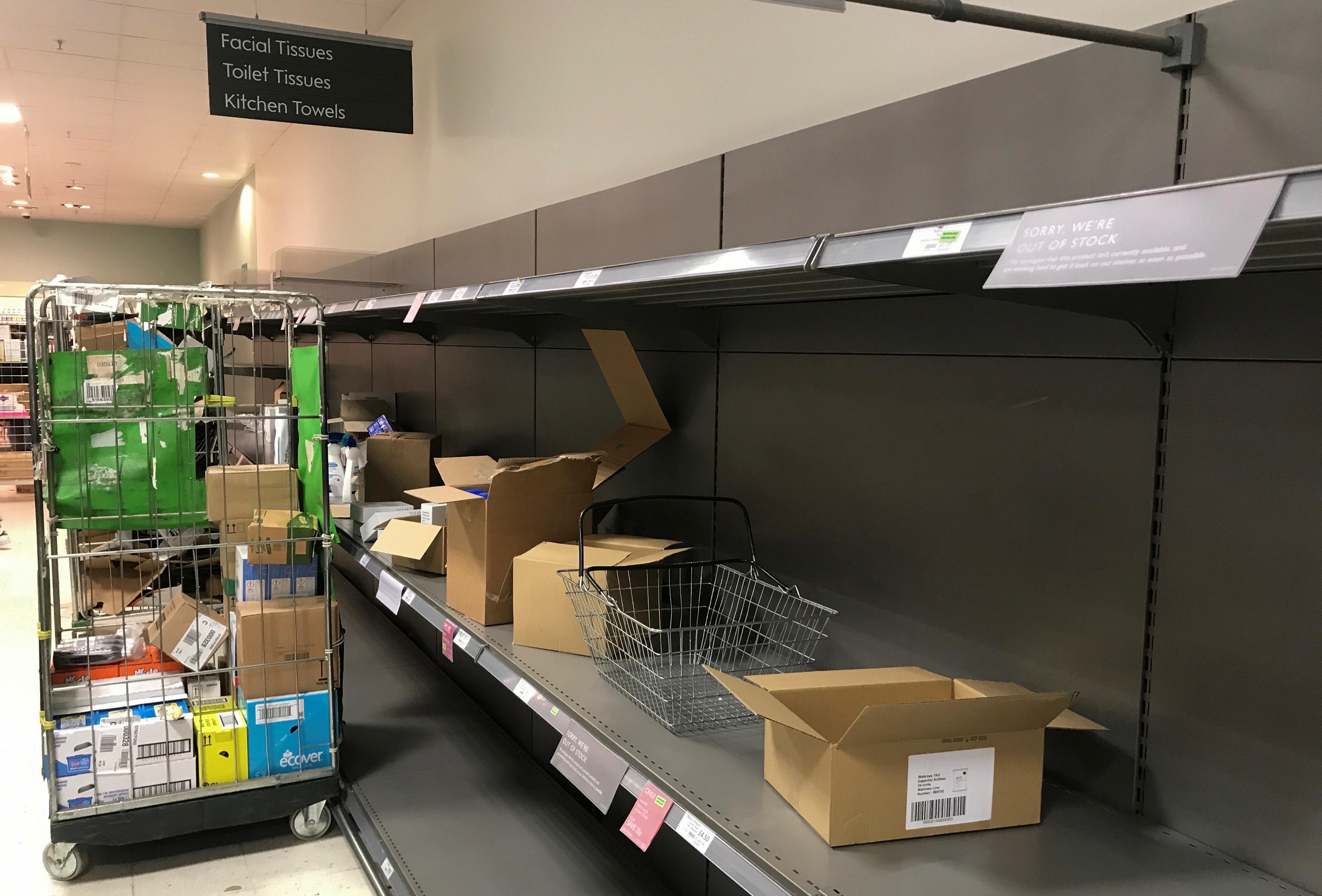 """Đổ xô """"vét"""" hàng siêu thị ở Mỹ và Anh vì Covid-19 - 6"""
