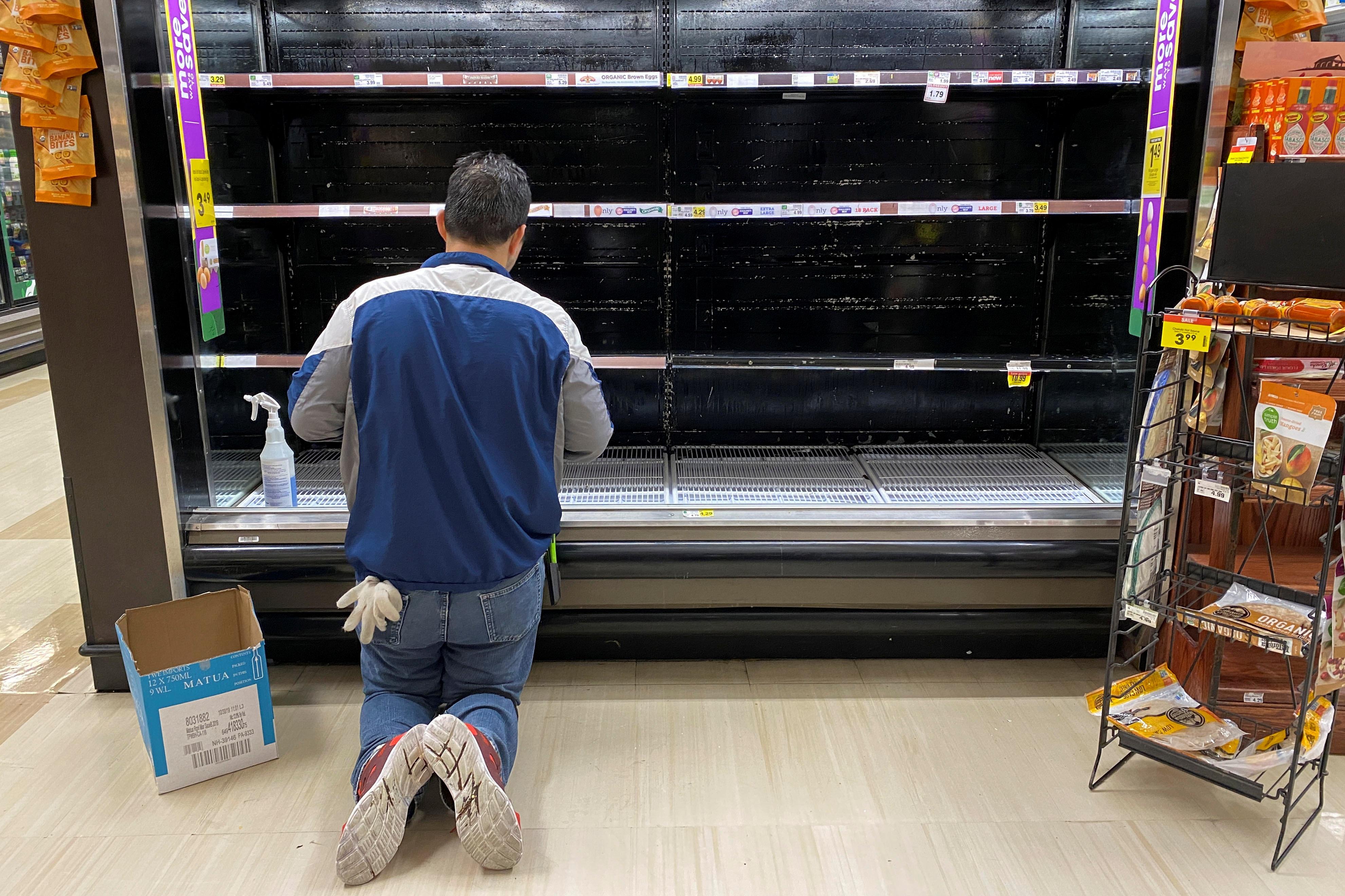 """Đổ xô """"vét"""" hàng siêu thị ở Mỹ và Anh vì Covid-19 - 14"""