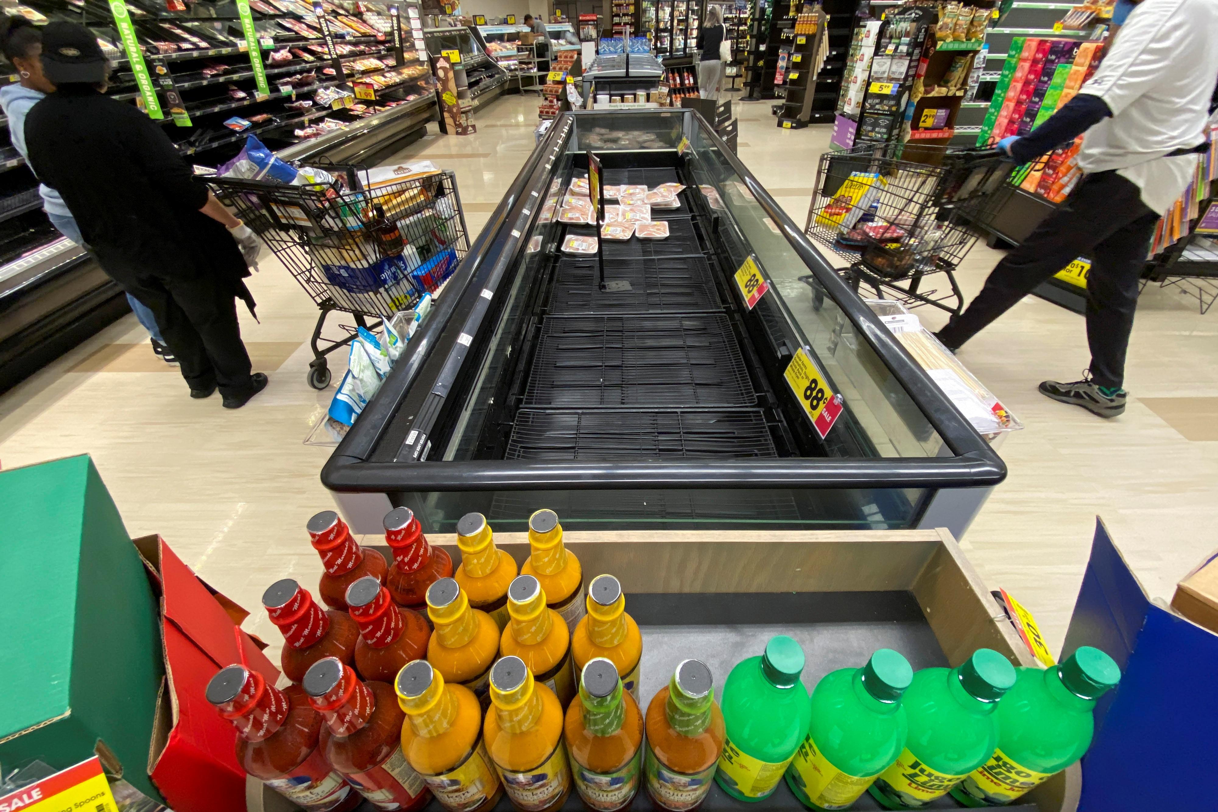 """Đổ xô """"vét"""" hàng siêu thị ở Mỹ và Anh vì Covid-19 - 15"""