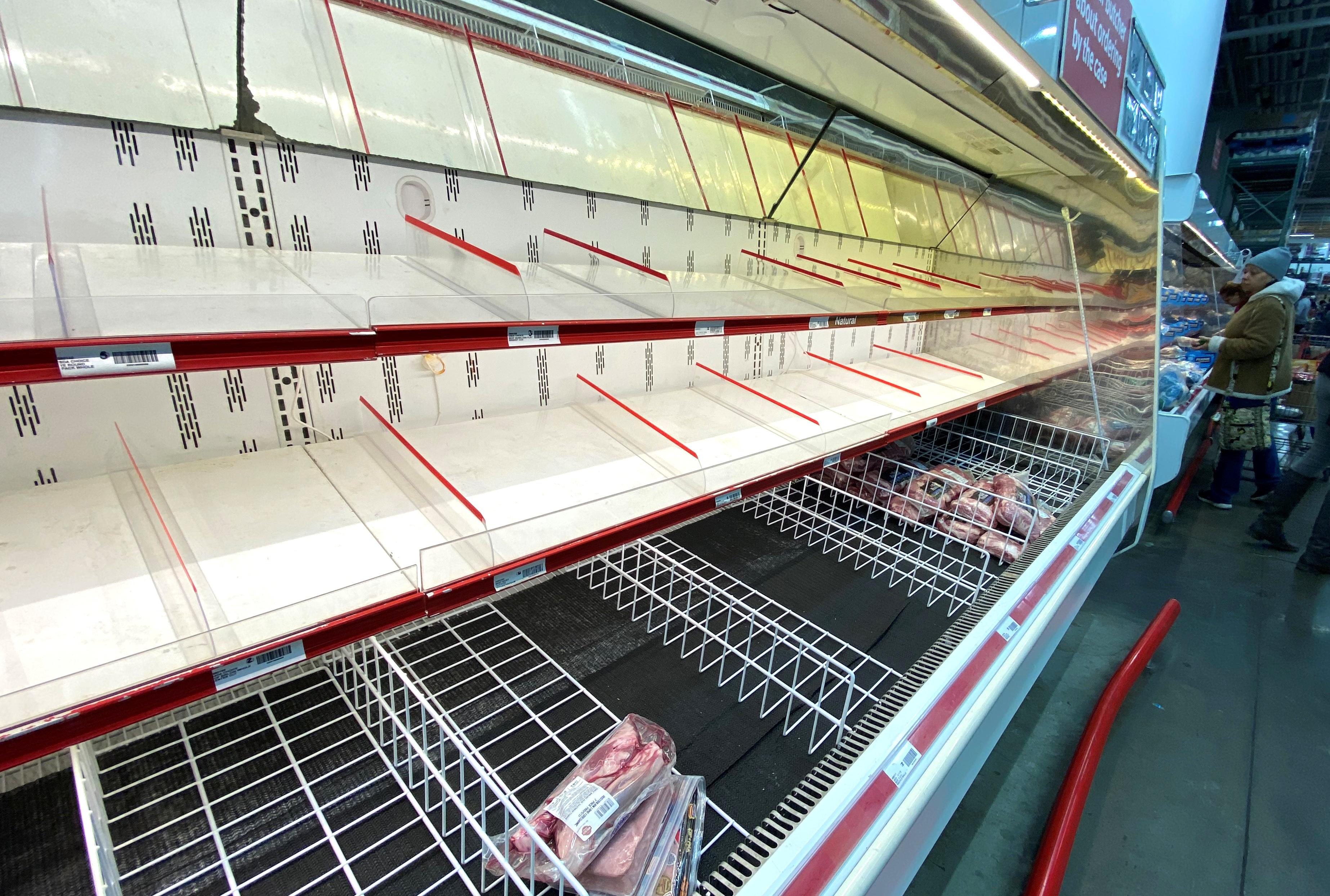 """Đổ xô """"vét"""" hàng siêu thị ở Mỹ và Anh vì Covid-19 - 13"""