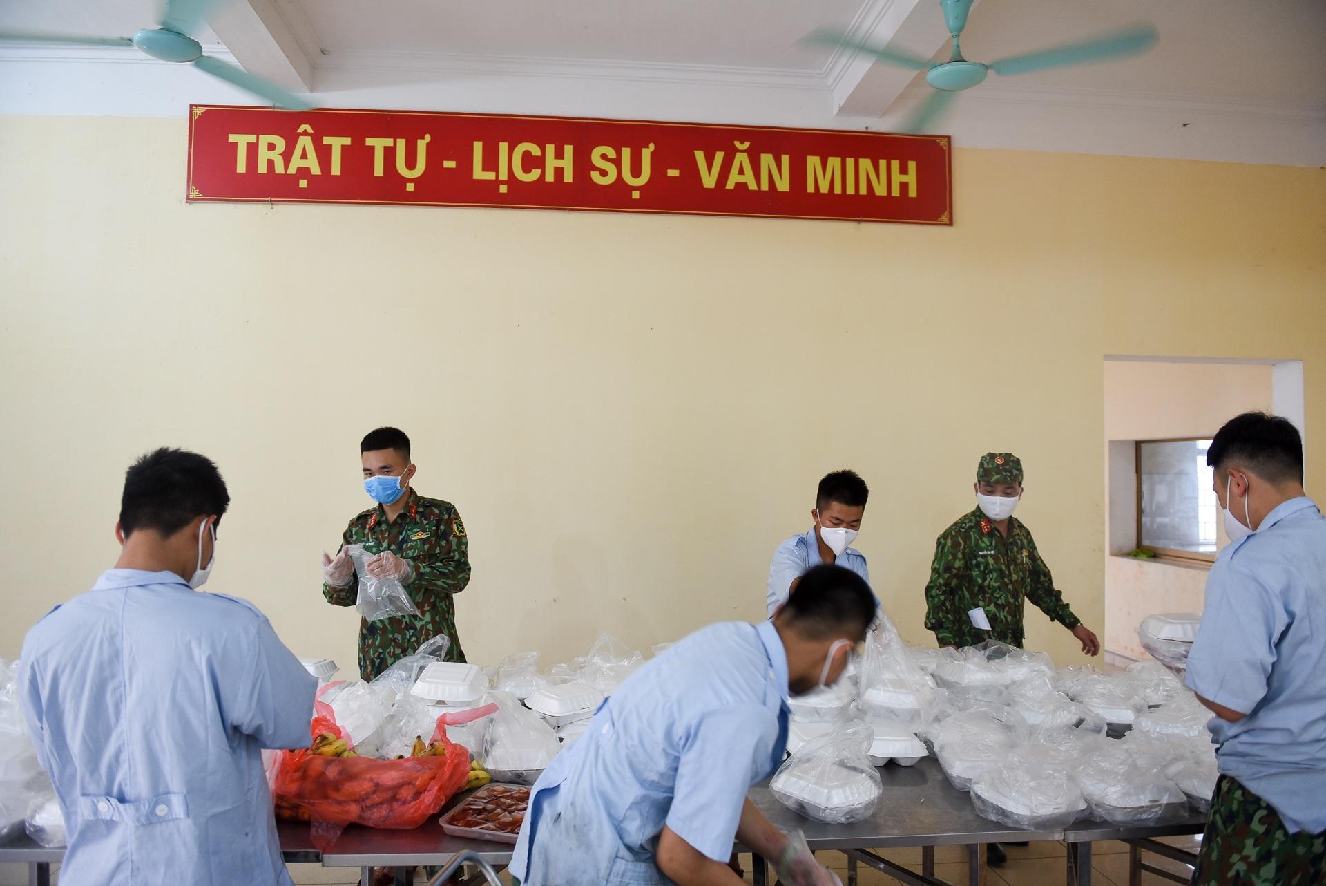 Cơm cách ly của 122 người dân tại doanh trại quân đội - 5