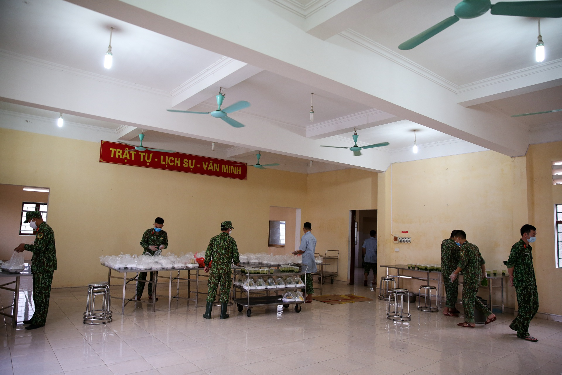 Cơm cách ly của 122 người dân tại doanh trại quân đội - 2