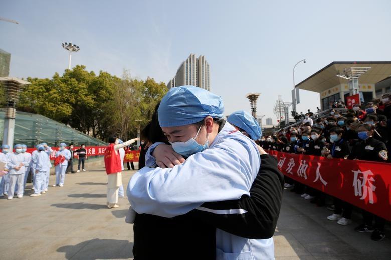 Thế giới cảm ơn những chiến sĩ quả cảm ở tuyến đầu chống dịch Covid-19 - 1