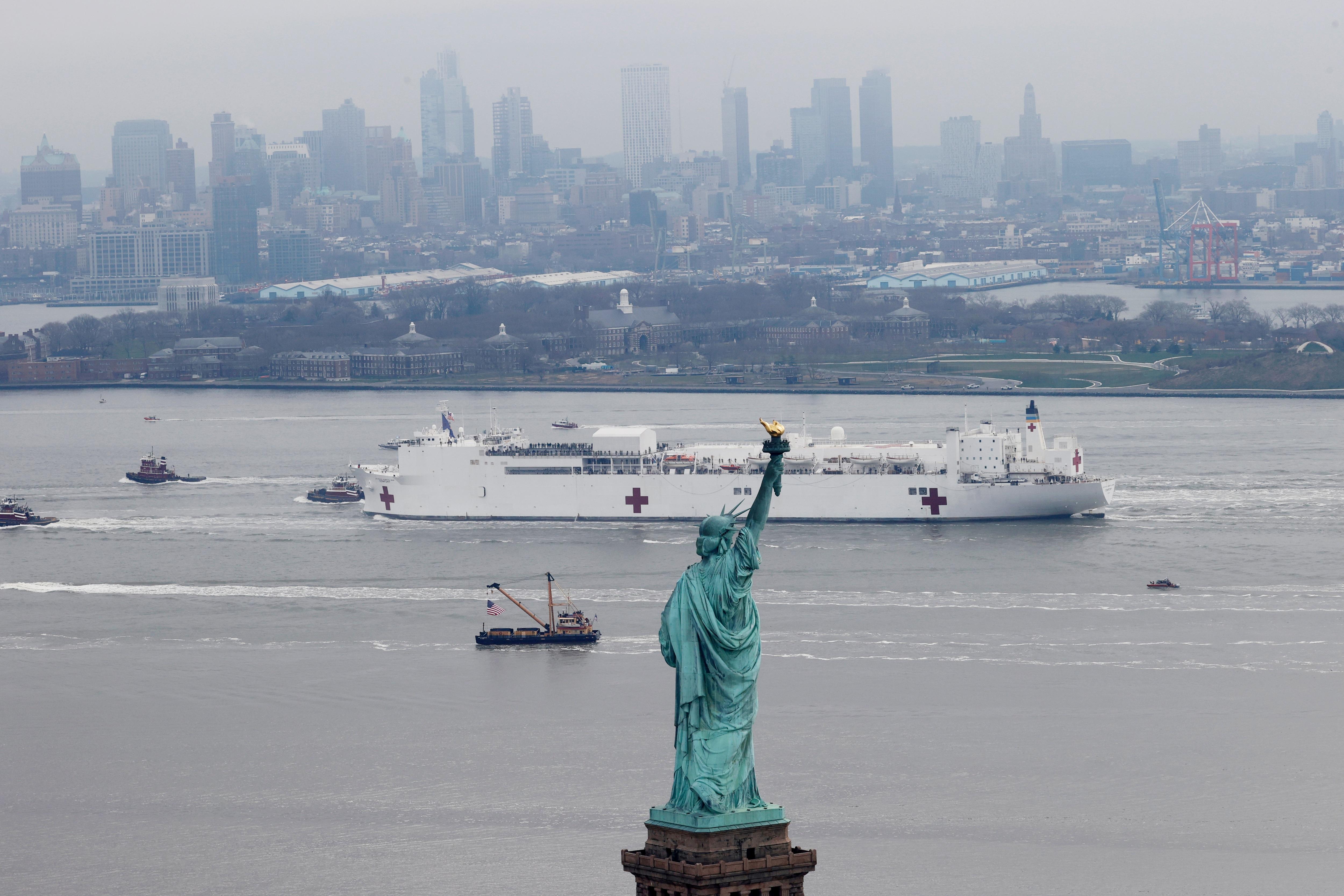 Bên trong tàu bệnh viện được điều tới ứng cứu New York - 1