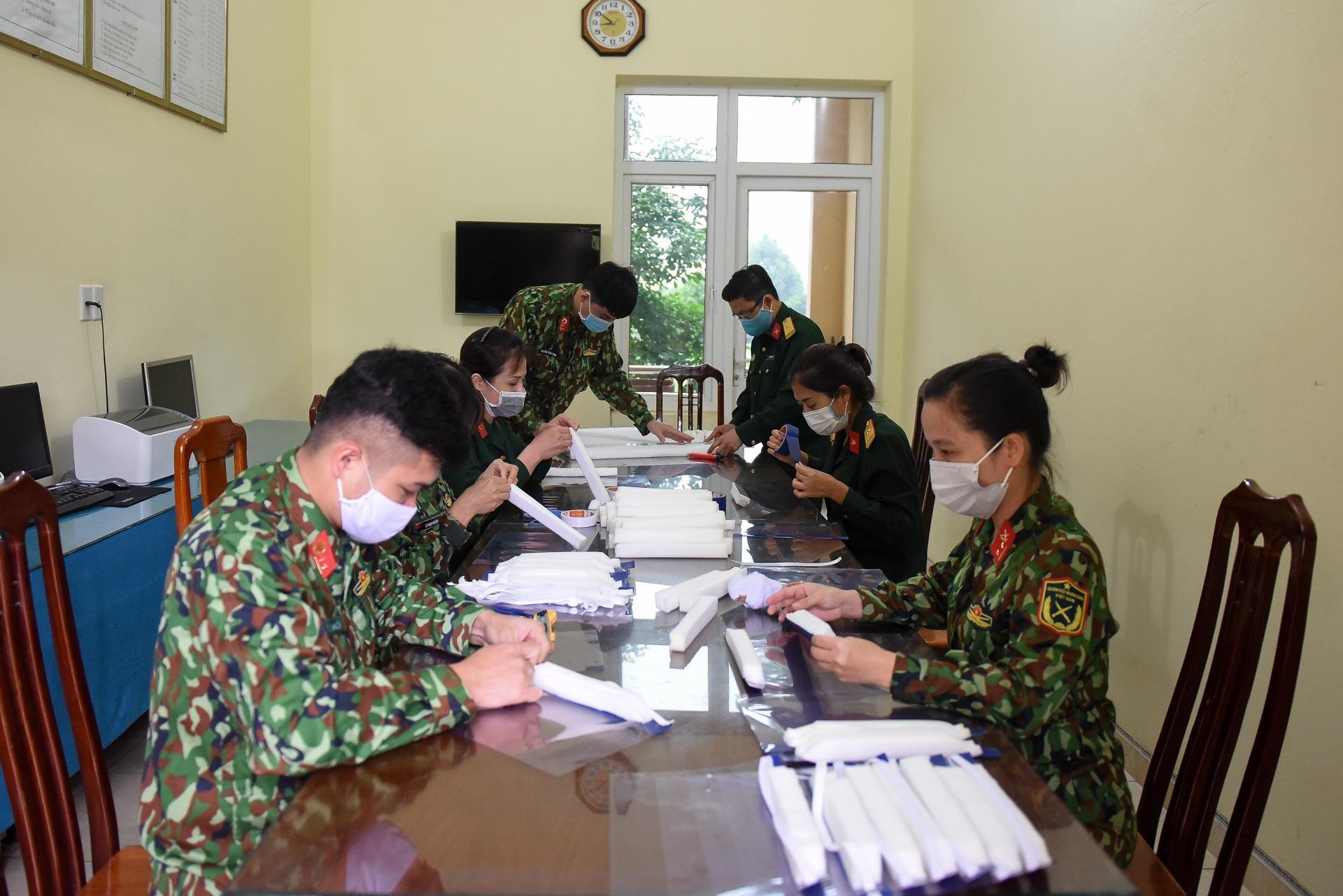 Mặt nạ bảo hộ tự chế phòng Covid-19 chỉ 5.000 đồng của chiến sĩ bộ đội - 2