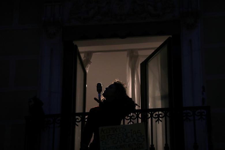 Gần 11.000 người chết, Tây Ban Nha quay cuồng trong cuộc chiến chống dịch - 12