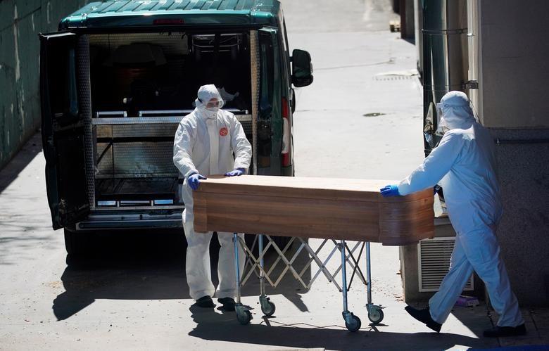Gần 11.000 người chết, Tây Ban Nha quay cuồng trong cuộc chiến chống dịch - 4