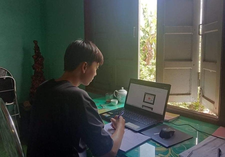 Sinh viên nộp bài tập, giảng viên chấm điểm trực tuyến