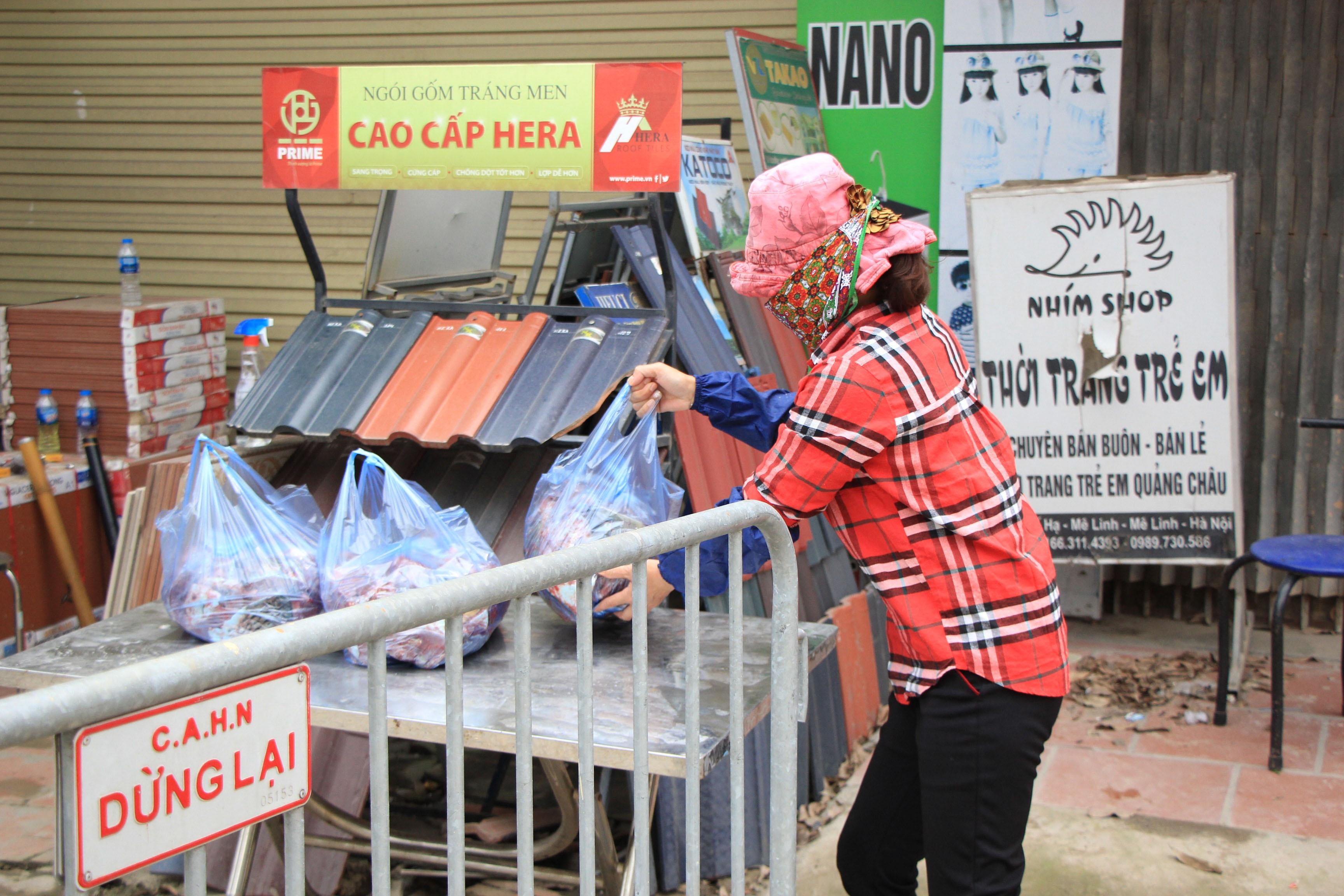Tiếp tế lương thực qua rào cách ly tại ổ dịch Hạ Lôi - 3