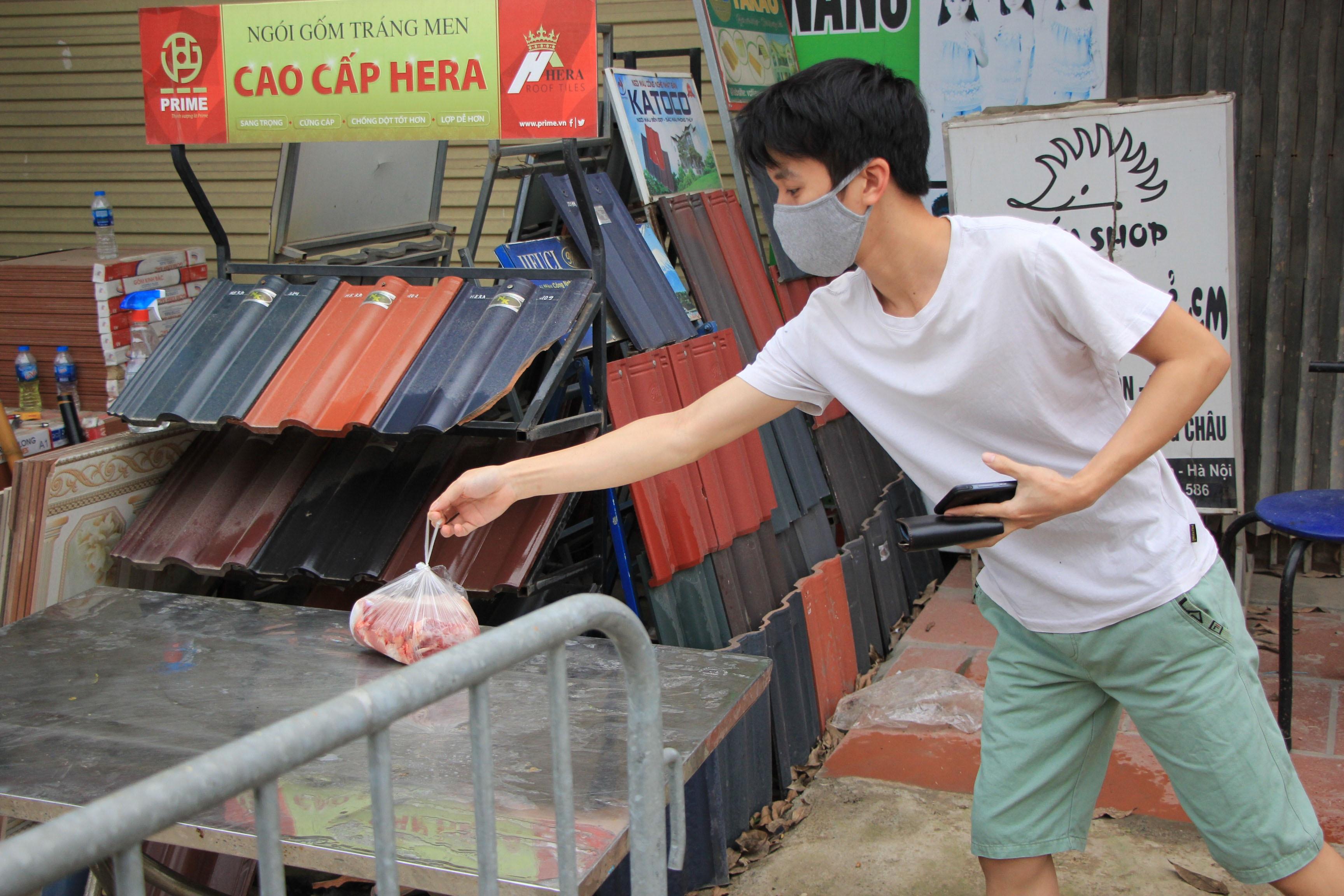 Tiếp tế lương thực qua rào cách ly tại ổ dịch Hạ Lôi - 14